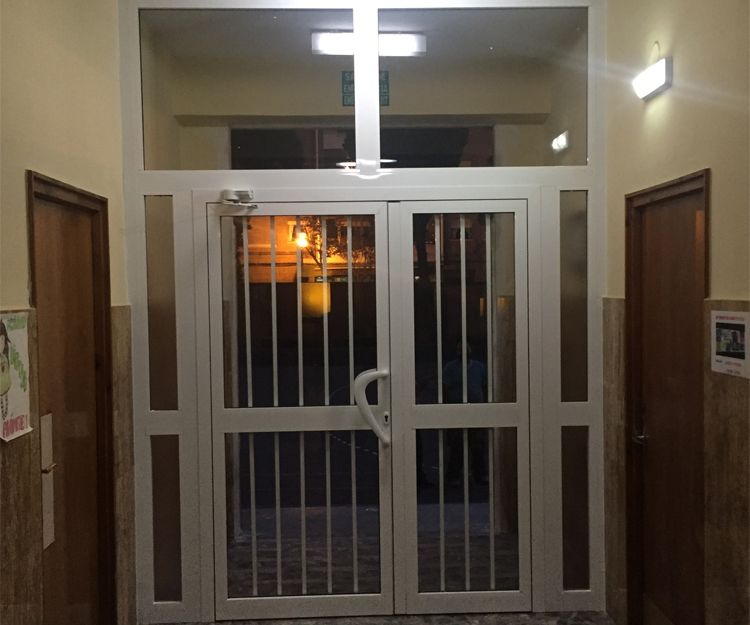 Puerta de aluminio para portal