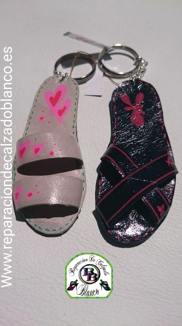 Sandalias de piel en llavero