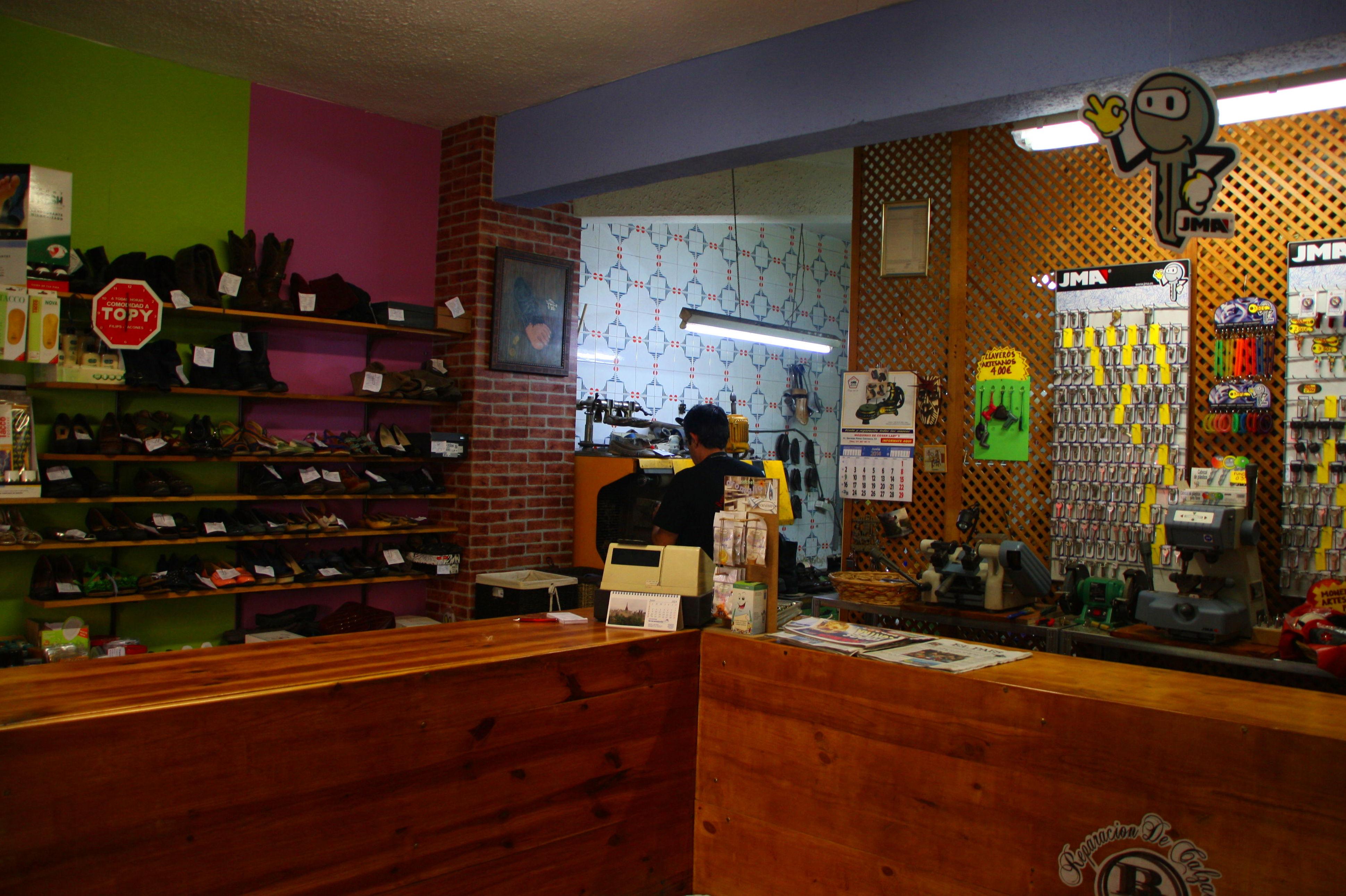 Foto 6 de Reparación de calzado en Madrid | Reparación De Calzado Blanco