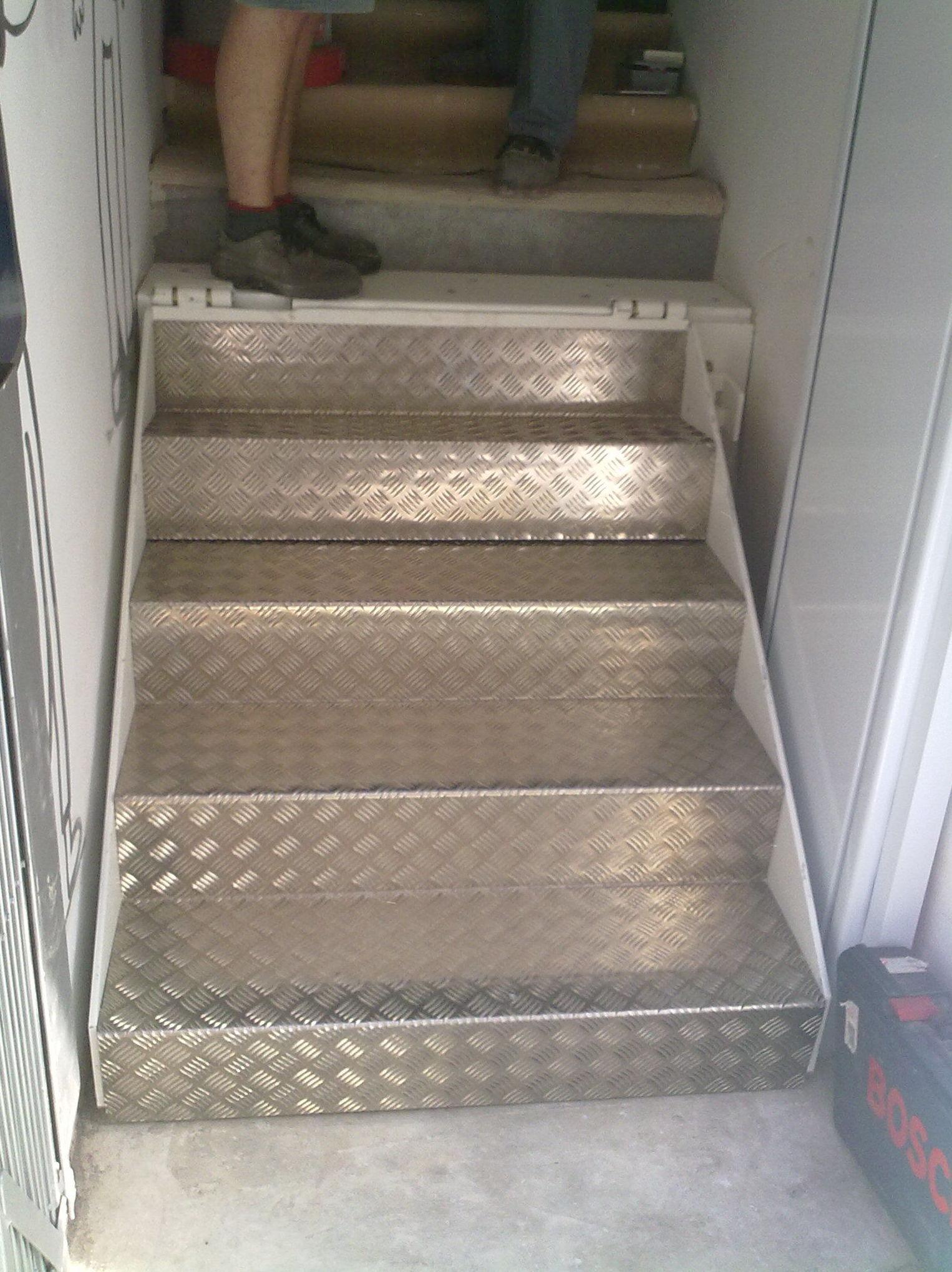 abatimos los peldaños por falta de espacio y se dejo hueco para que bajara el elevador .
