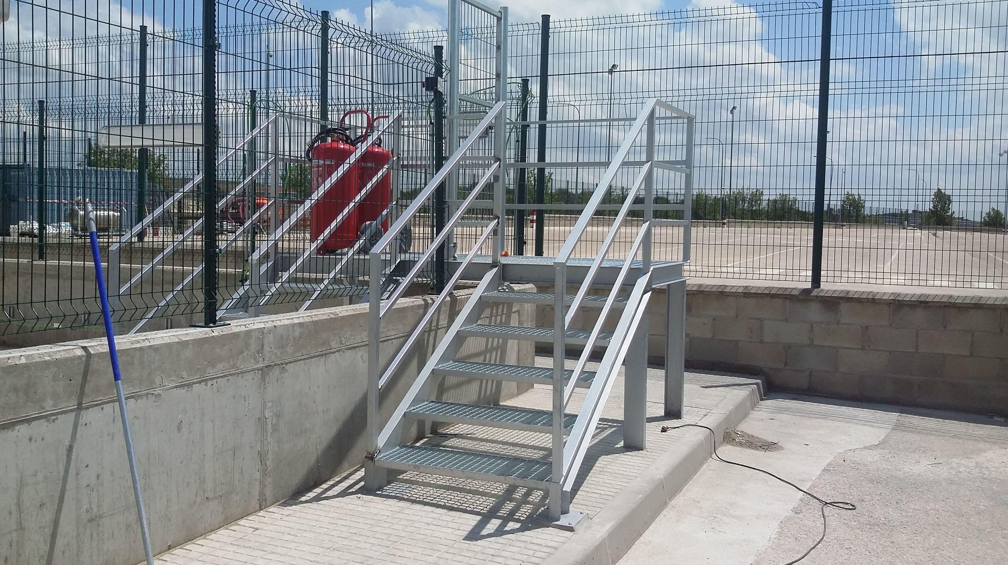 Fabricación y montaje de escaleras para con vallado para acceso a depositos de gas en estación de servicio en Burgos
