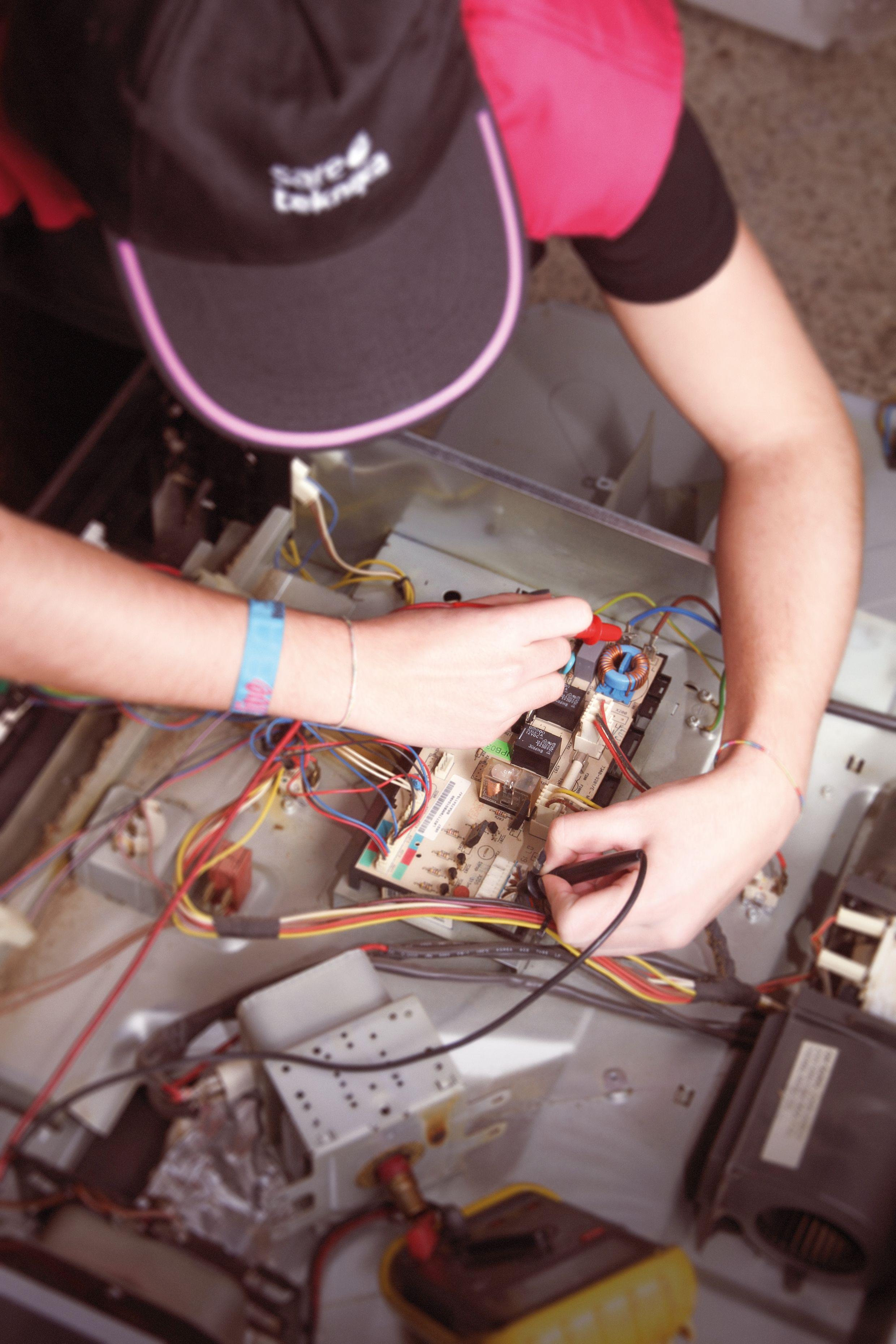 Técnico reparando equipo electrónico