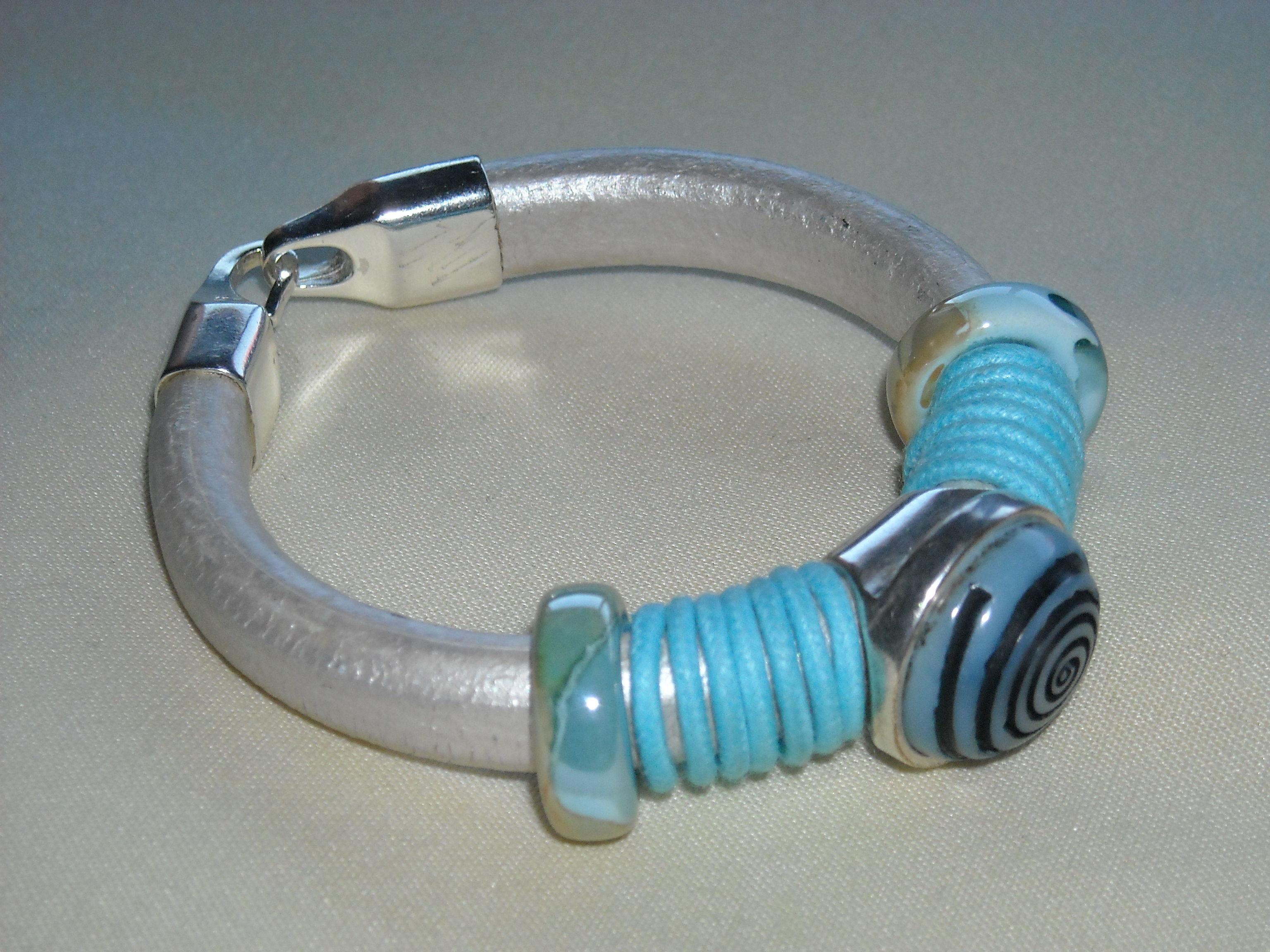 Pulsera de cuero regaliz en blanco y azul