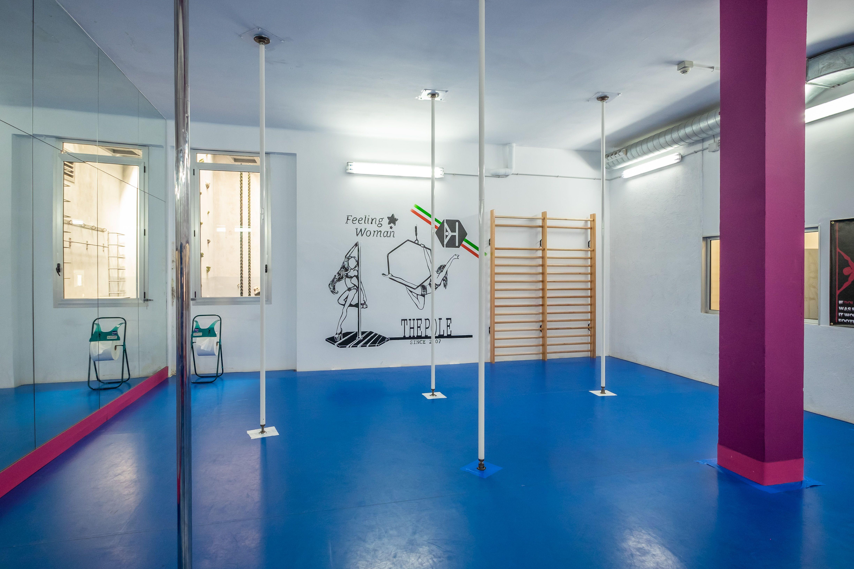 Técnica acrobática en una barra americana en Poblenou Barcelona