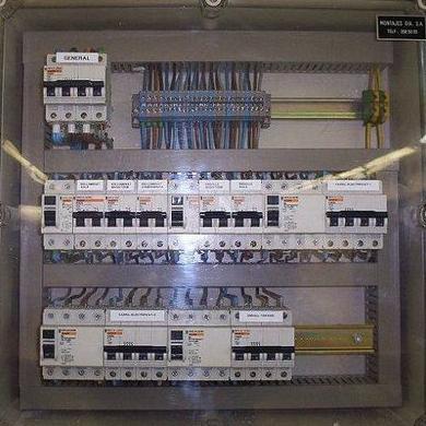 cuadro electrico instalado en colegio