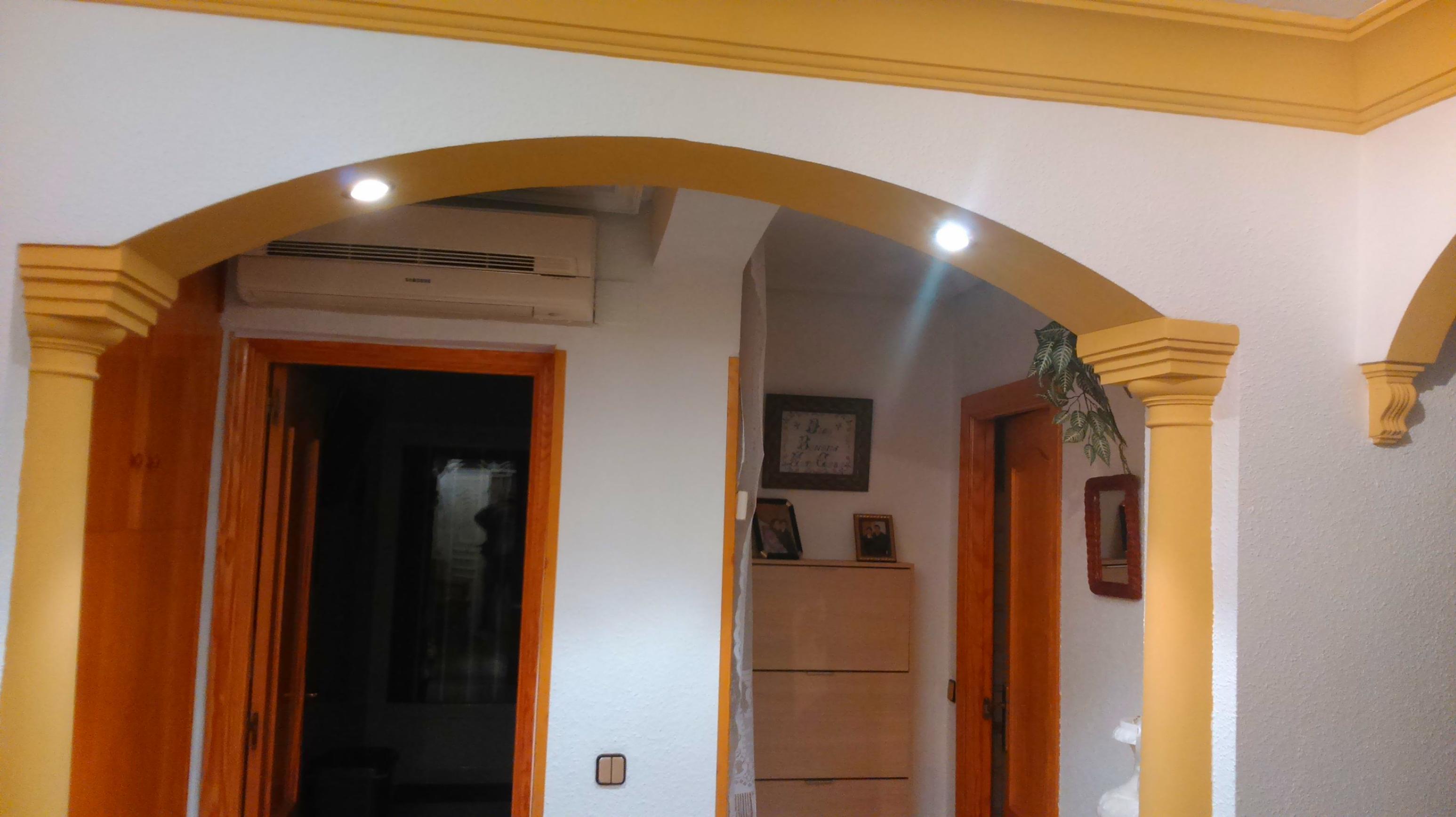 arco rebajado y medias columnas doricas