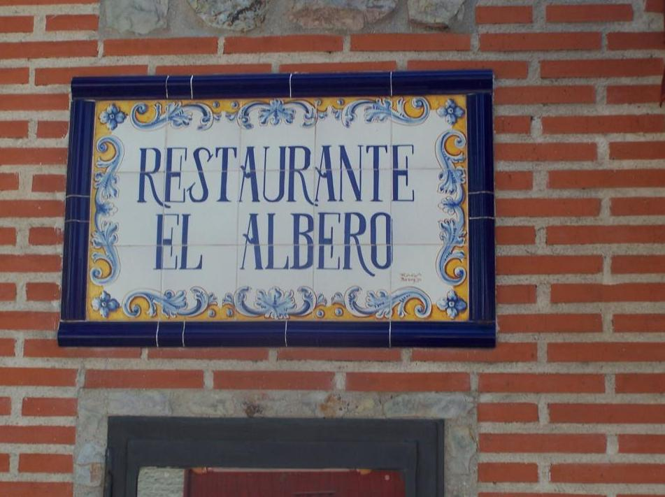 Cartel en la fachada del restaurante