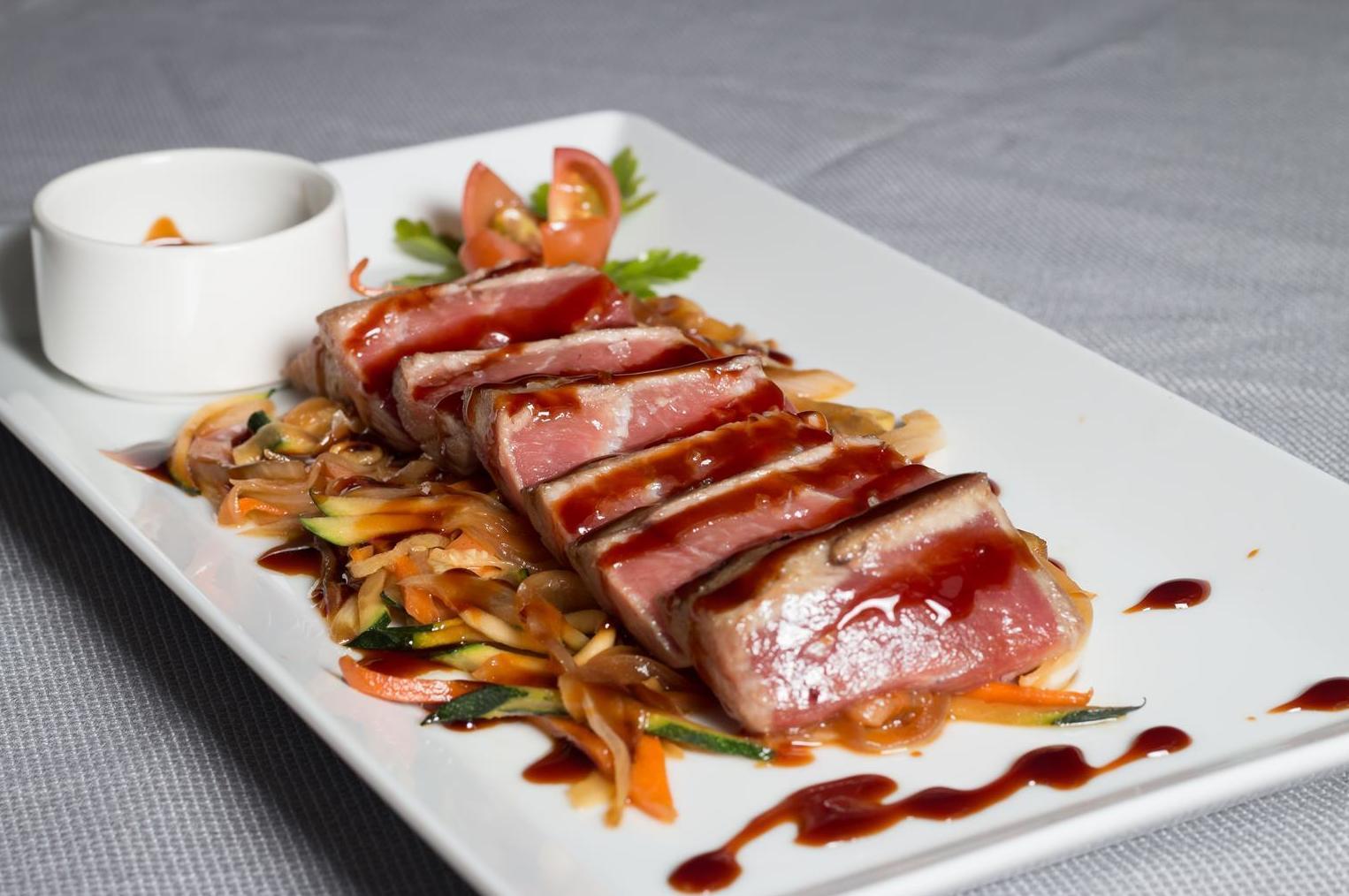 Lomos de atún rojo con verduras al wok y salsa teriyaki en Madrid Centro