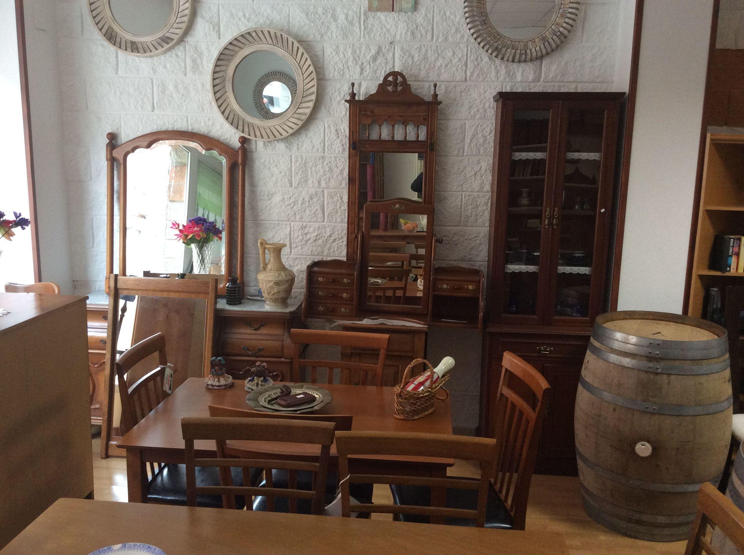 Variedad de muebles rústicos