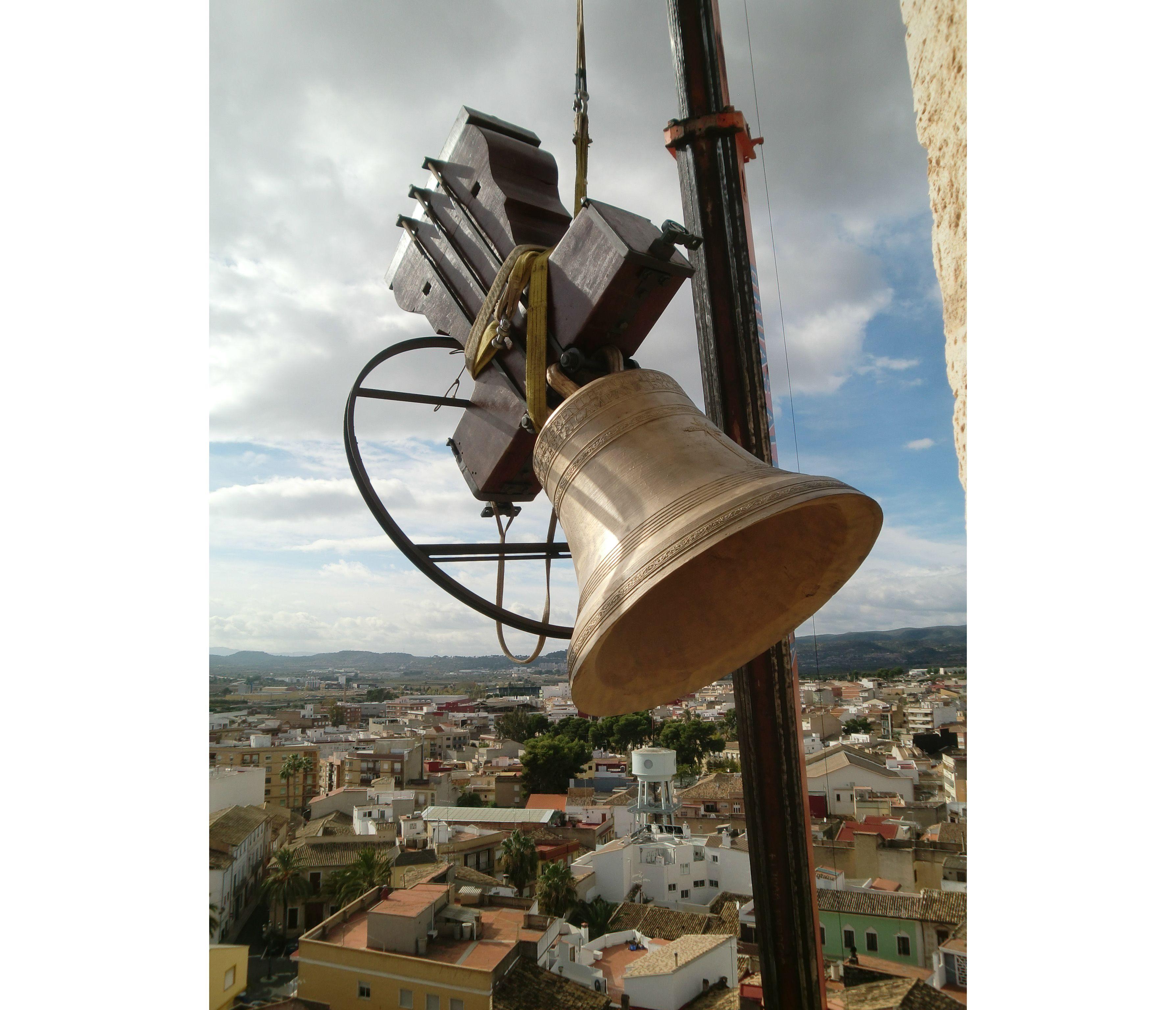 Montaje de campanas en la iglesia de Cheste