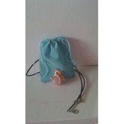 Amuleto con cuarzo rosa, con bolsita incluida