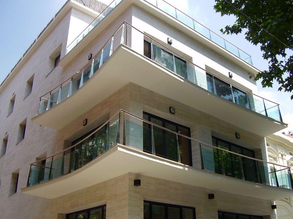 Barandilla en acero y cristal para edificio en Barcelona