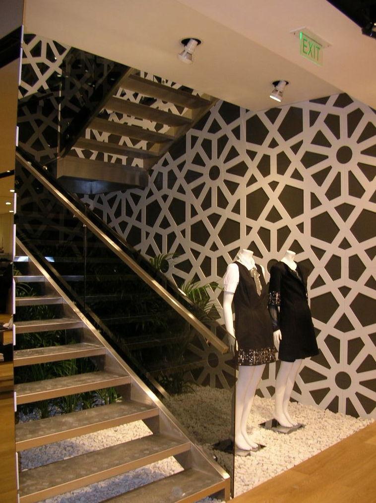 Escaleras y barandillas metálicas en Pedralbes, Barcelona