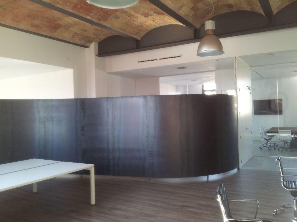 Mobiliario de diseño de metal en Pedralbes, Barcelona