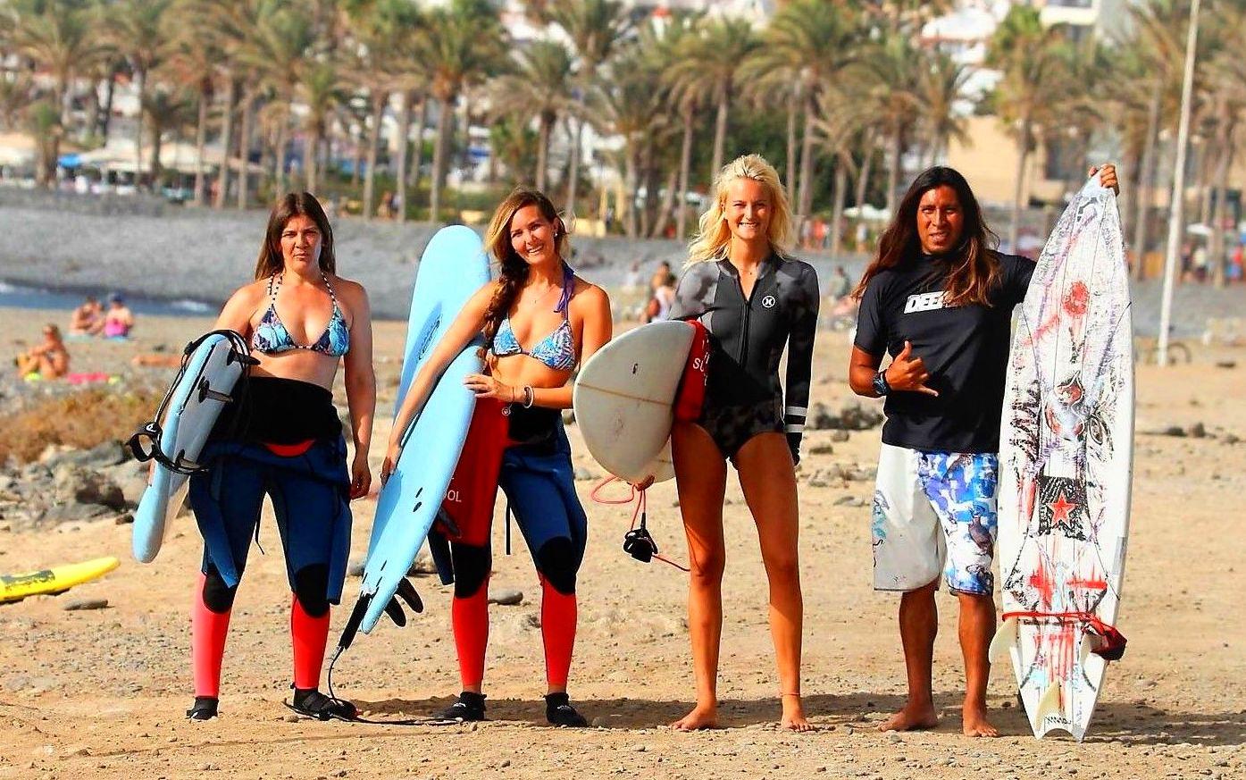 Eva, Anita,Sara y jaime ( Galicia, Argentina, Finlandia y Peru) listos para disfrutar de un dia de surf en Playa de Las Américas!