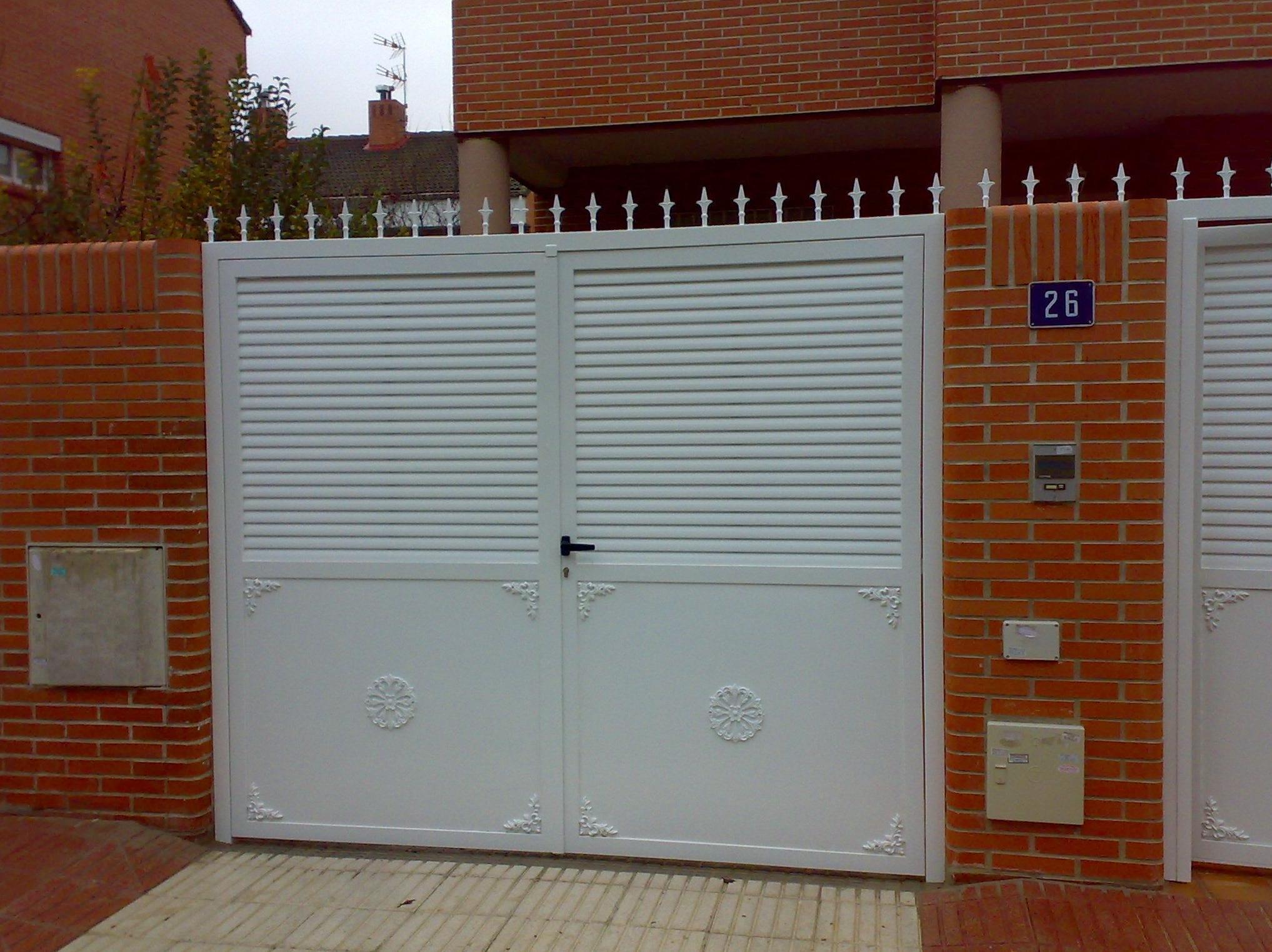 Puerta de chalet blanca