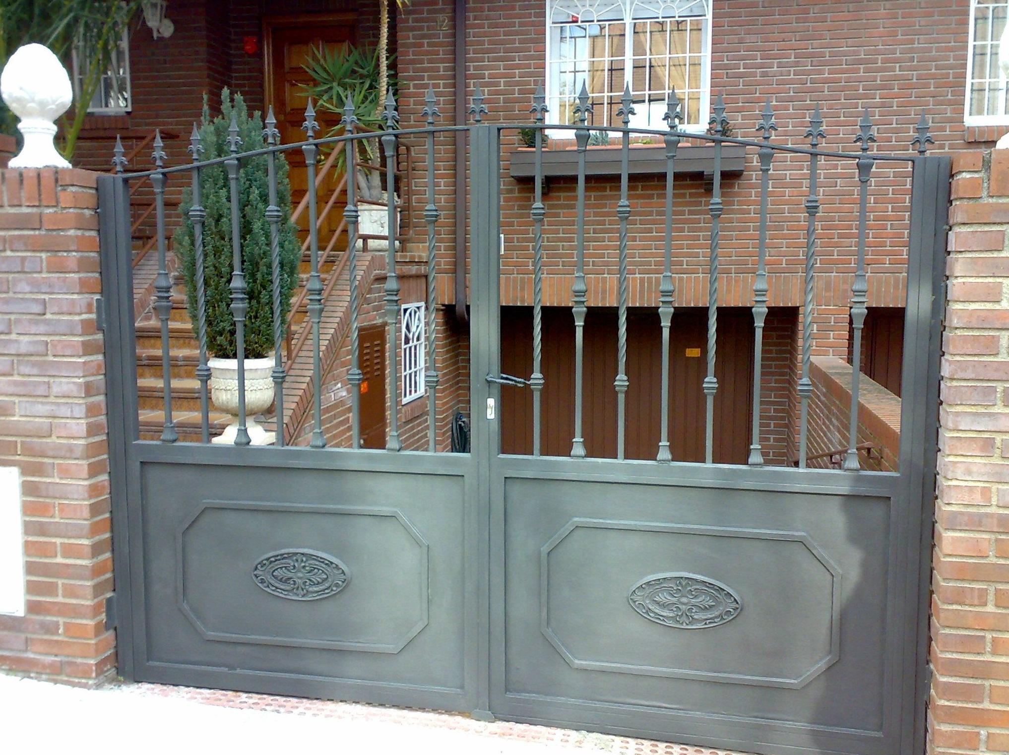 Portones de acceso a garajes.