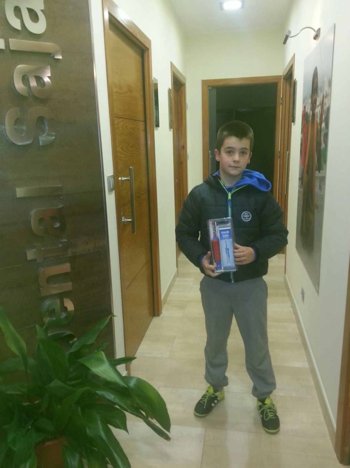 Ganador del concurso de un cepillo eléctrico en el concurso navideño Iker Celis