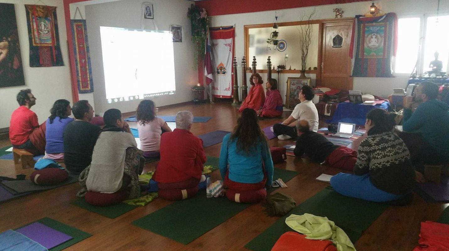 Clase de anatomía con el Dr.Juan Francisco Vigueras, grupo del tercer año, formación de Profesores de yoga en el Centro Milarepa, Gran Canaria.