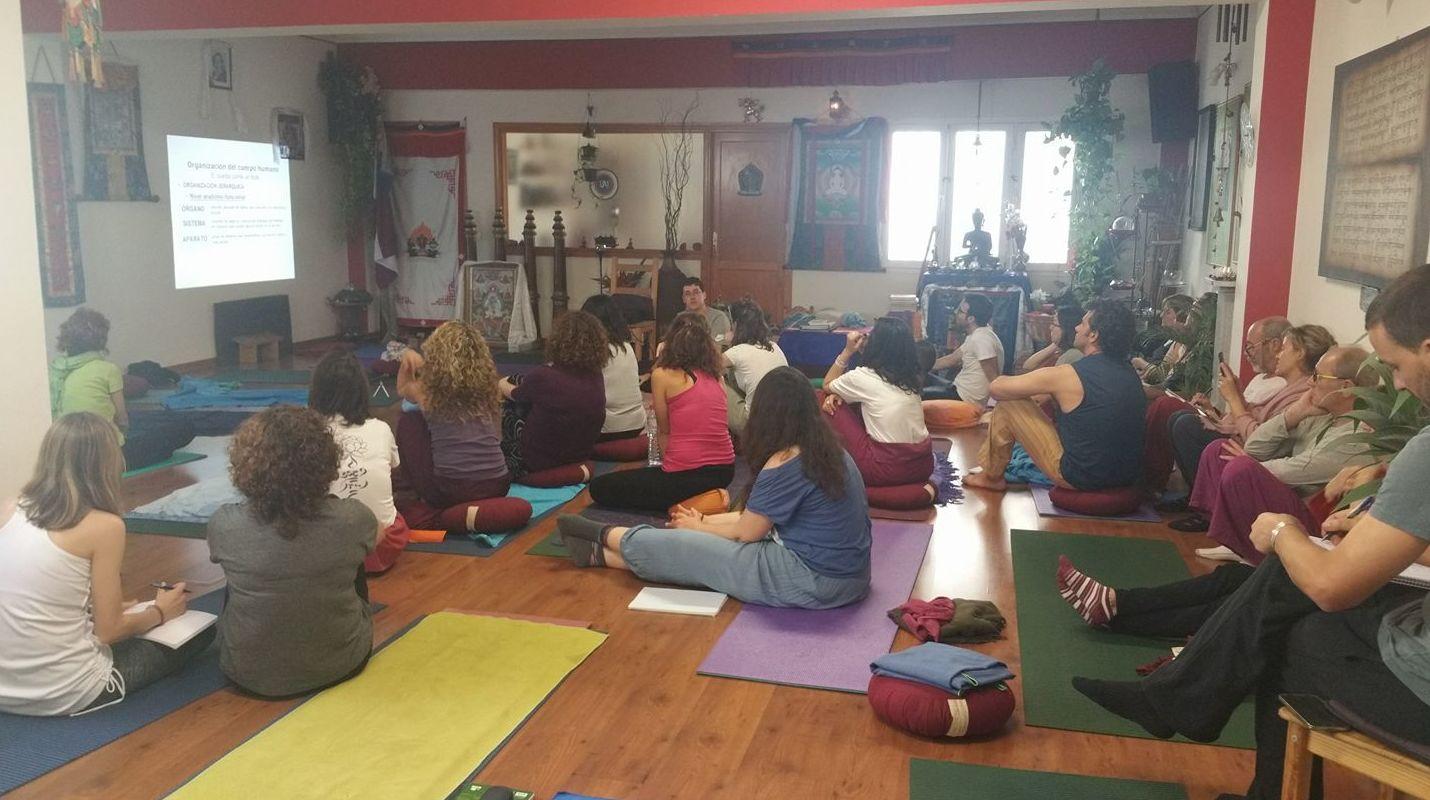 Clase de anatomía y fisiología con el Dr.Vigueras. Formación de Profesores de Yoga en el Centro Milarepa.