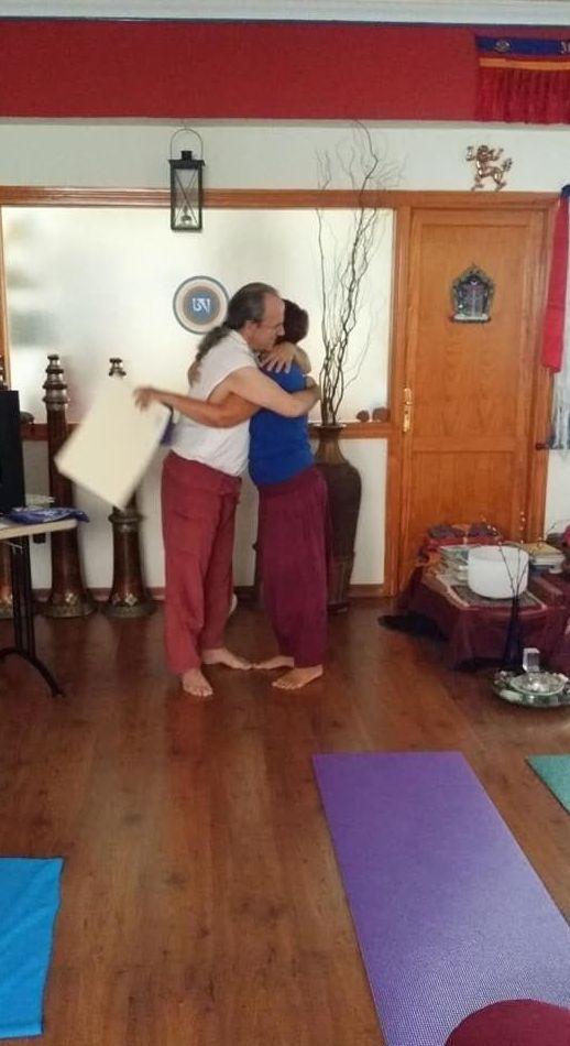 Monica de Gregorio abrazando a su Maestro Maestro Alejandro Torrealba Alvarez recibiendo su diploma