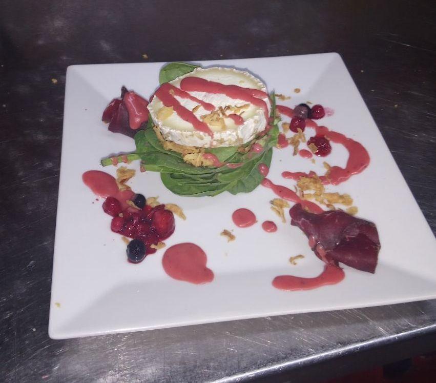 Ensalada de espinacas, queso de cabra y frutos rojos. Restaurante A Bodeguiña Alcorcón