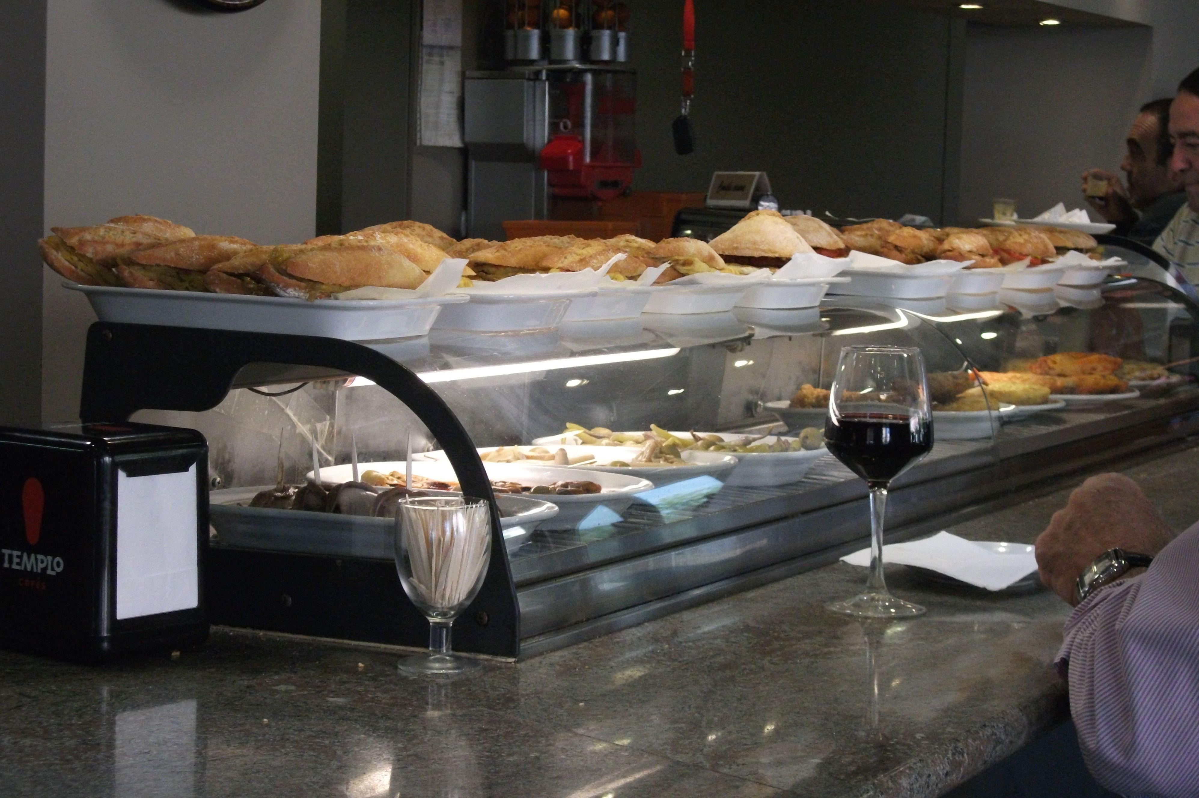 Barra de la cafetería en la estación de servicio