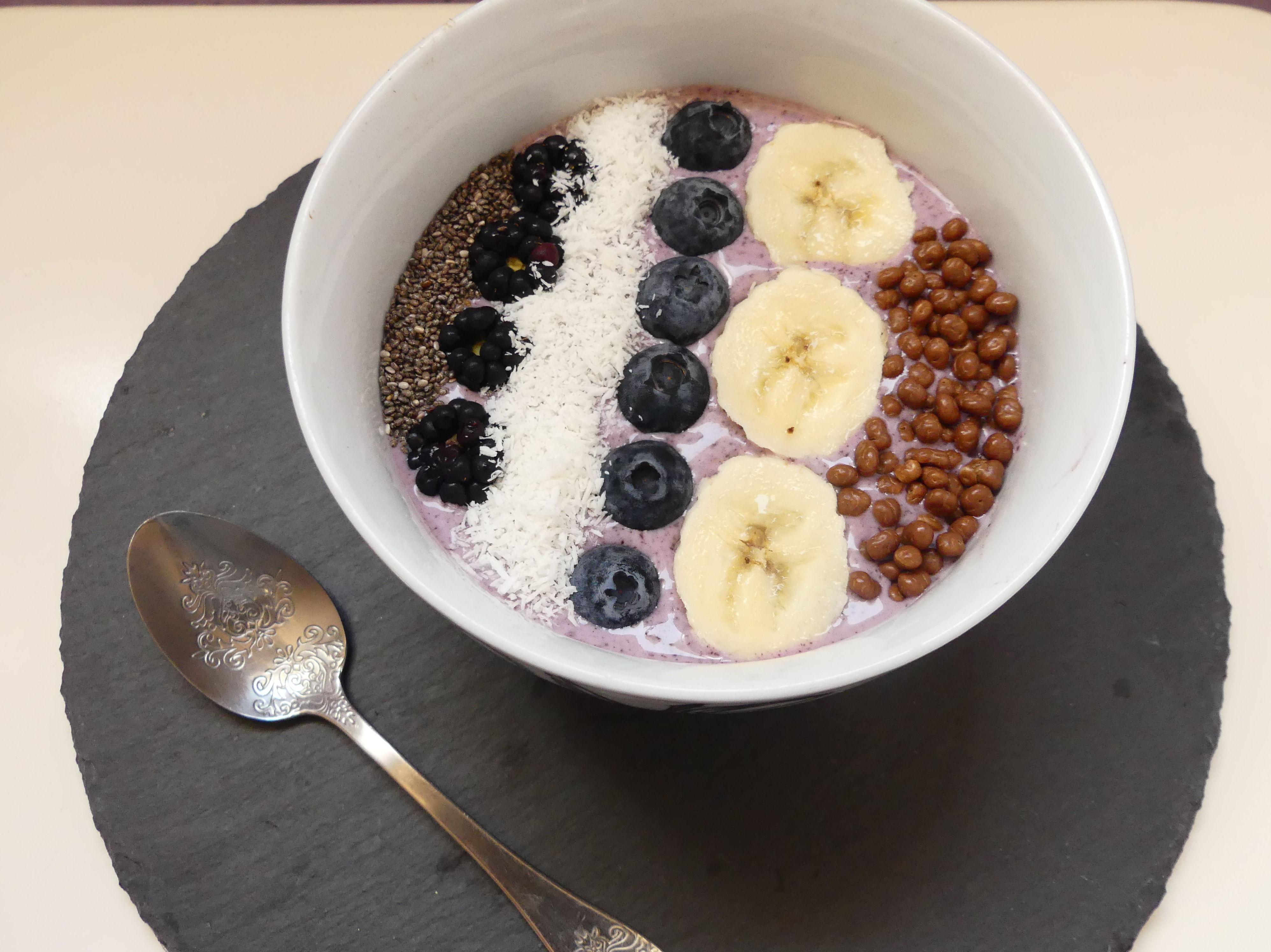 Açaí bowl con chia, coco, plátano, moras, arándanos y protein crunch