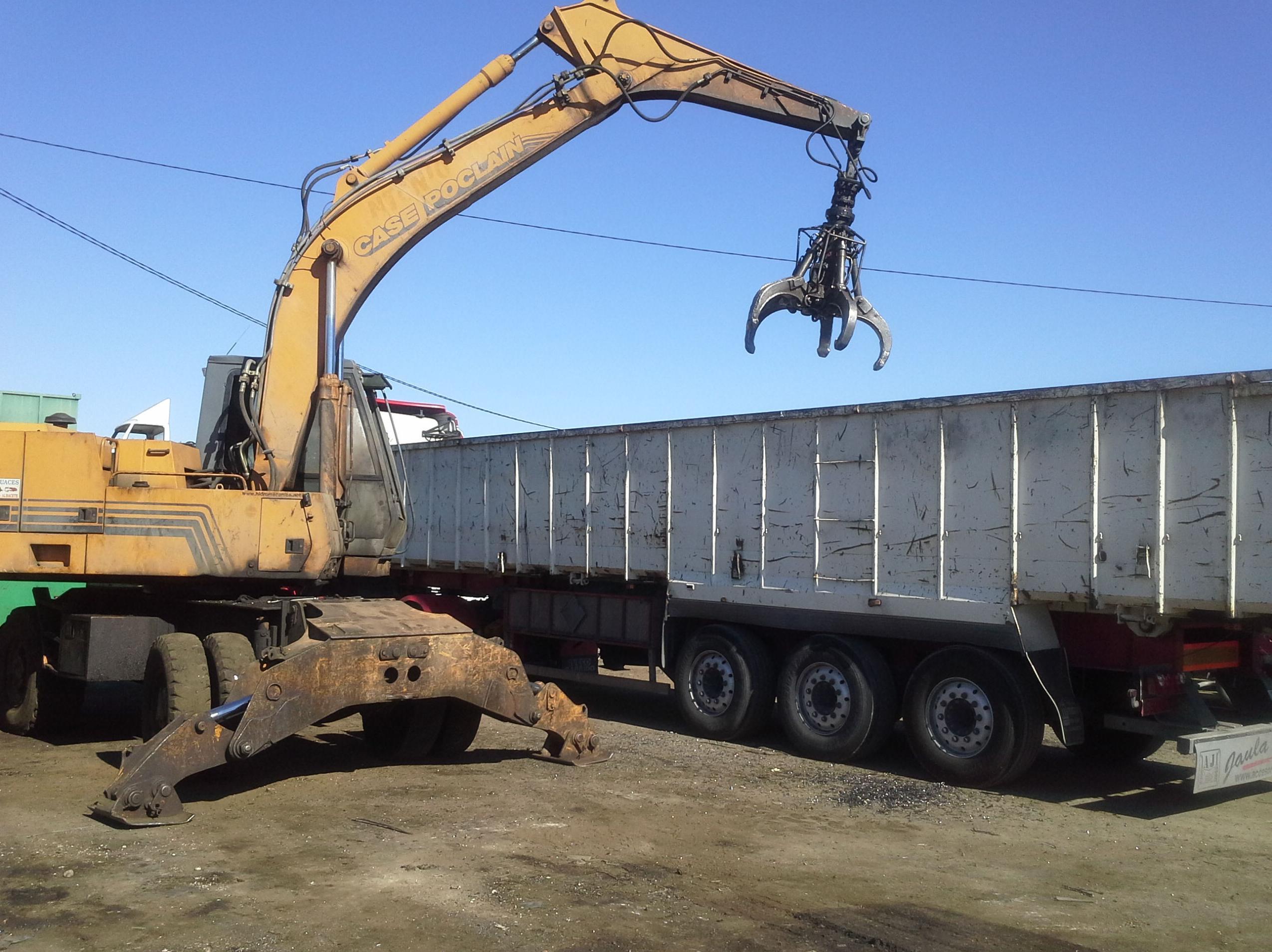 cargando un trailer de Chatarra en Chatarras Clemente de Albacete
