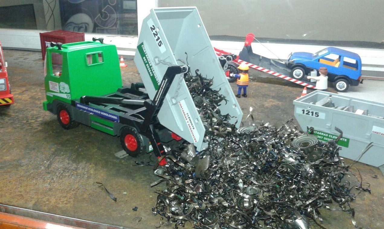 Contenedor de playmobil descargando en Chatarras Clemente de Albacete