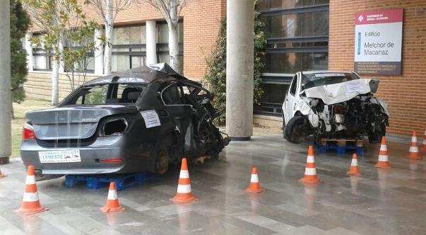 Coches cedidos por Chatarras Clemente para charlas sobre seguridad vial en la universidad de Albacete