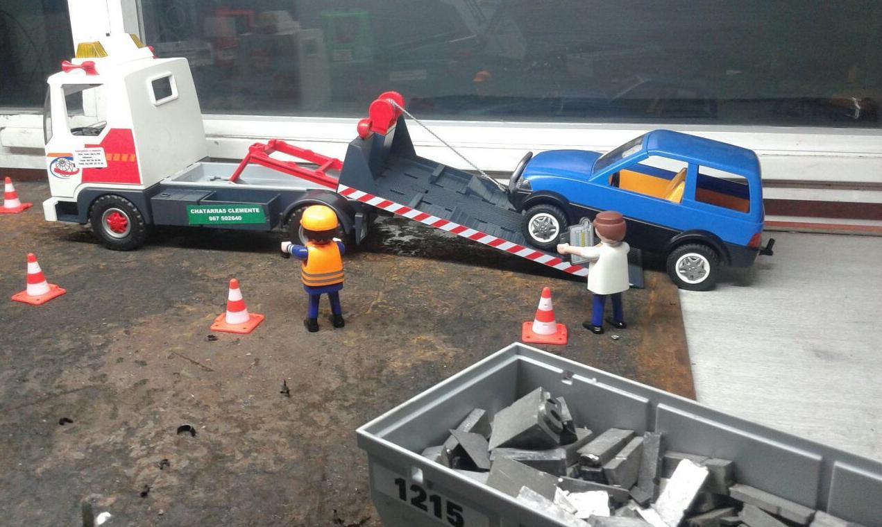 Playmobil recogiendo coche con grua en Desguaces Clemente de Albacete