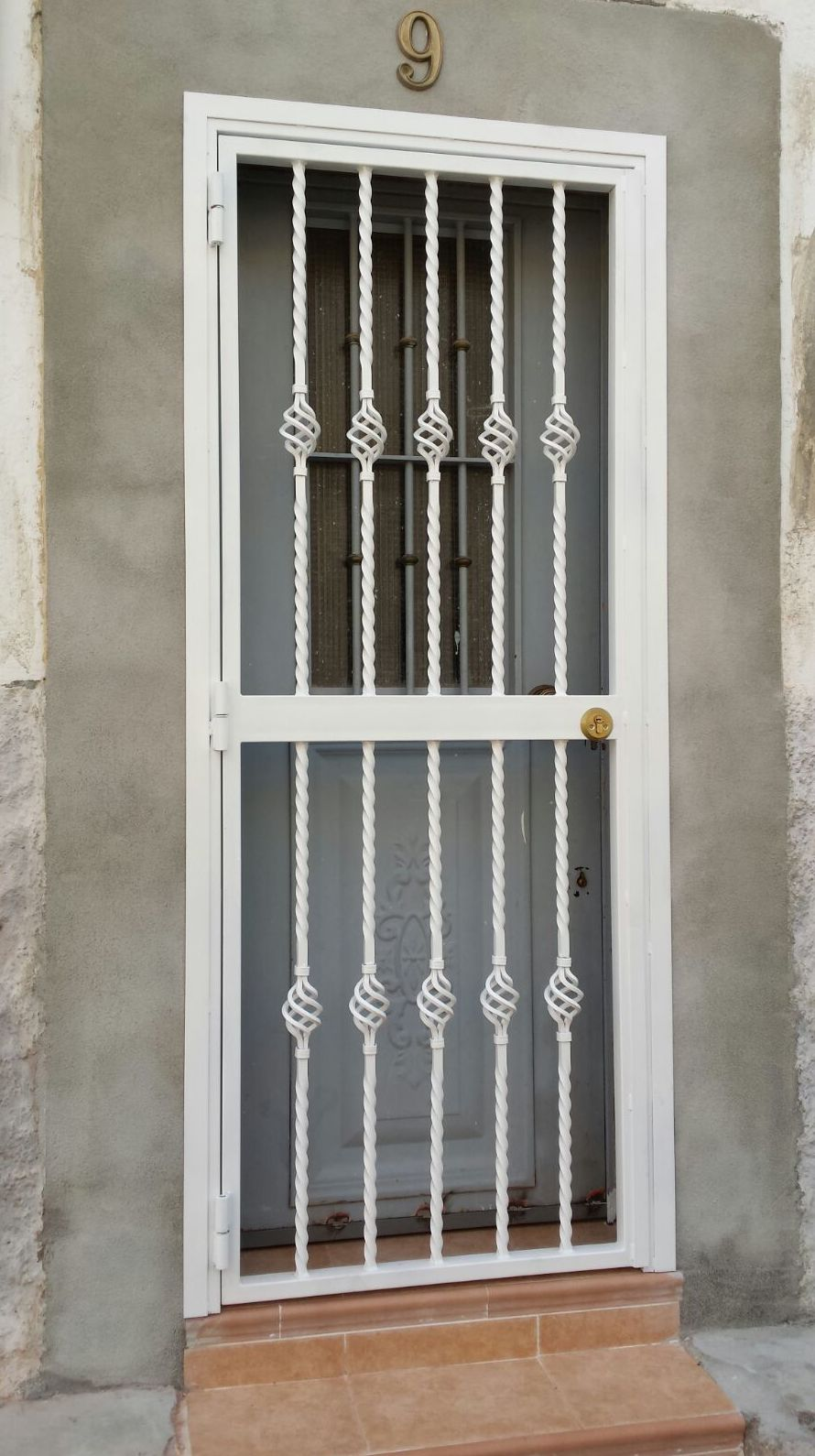 Puerta de hierro con reja / Cerrajería Peña en Madrid