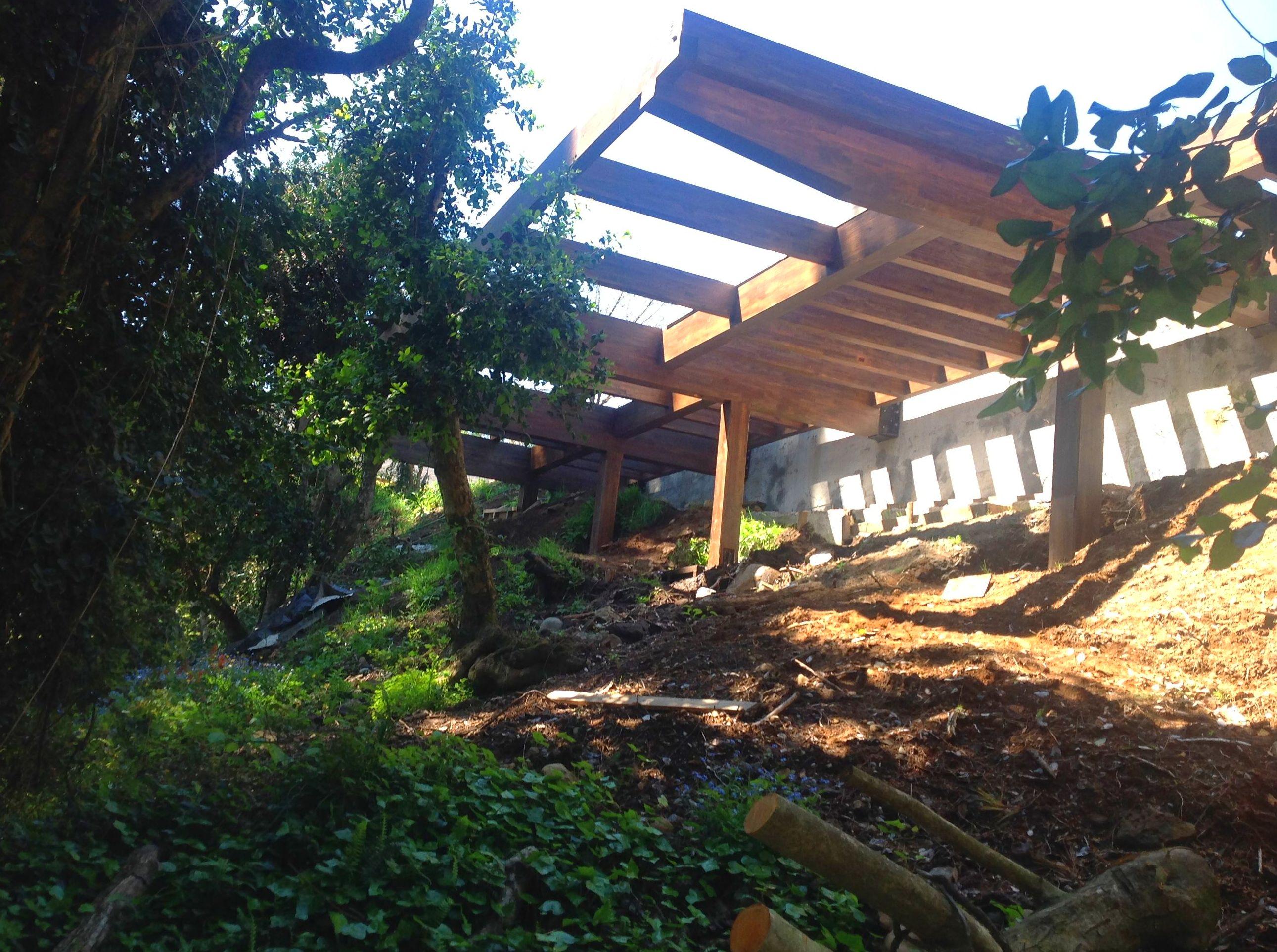 Estructura de madera para salvar desnivel del terreno