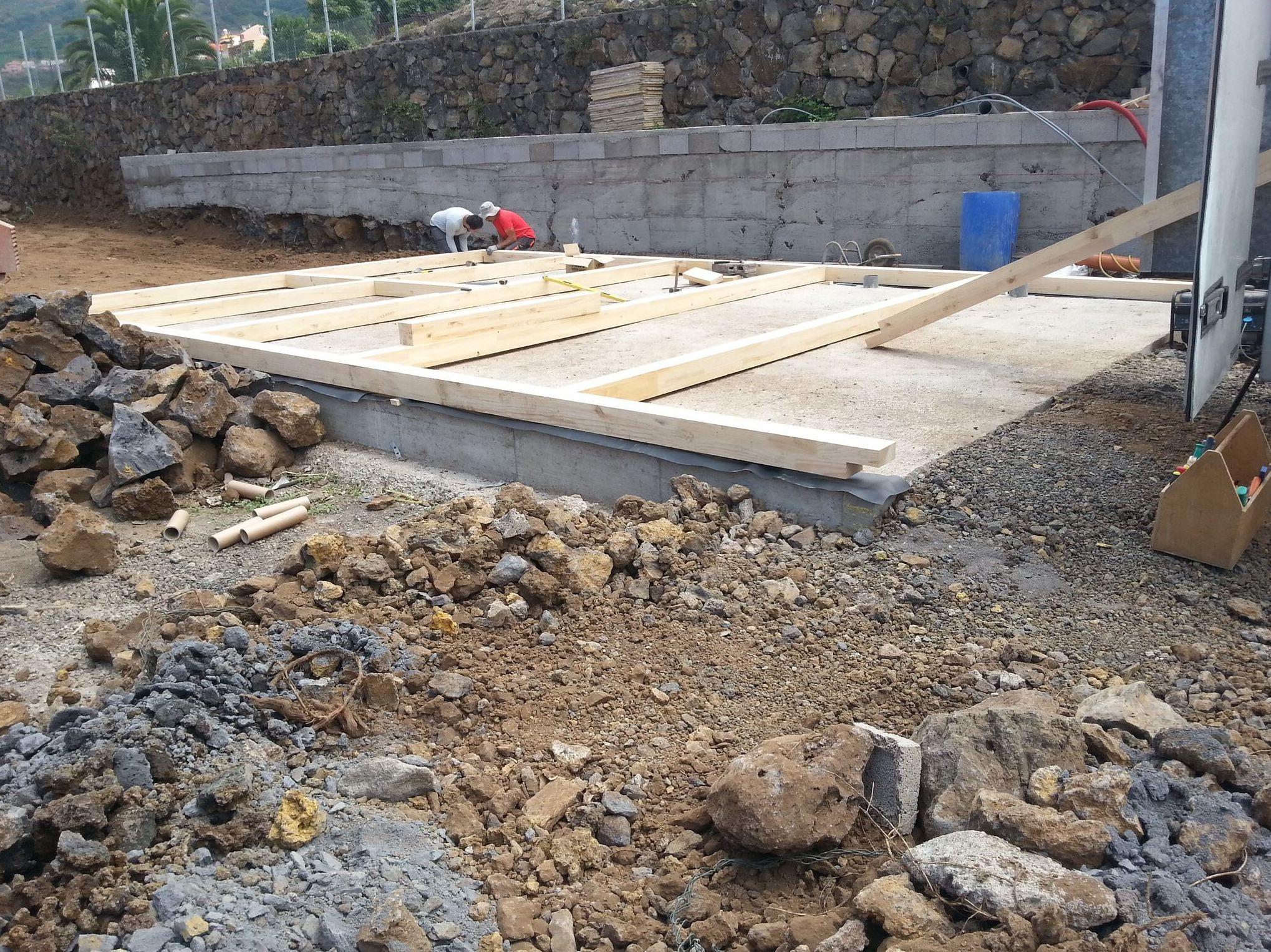 Primeros pasos del montaje de una casa de madera