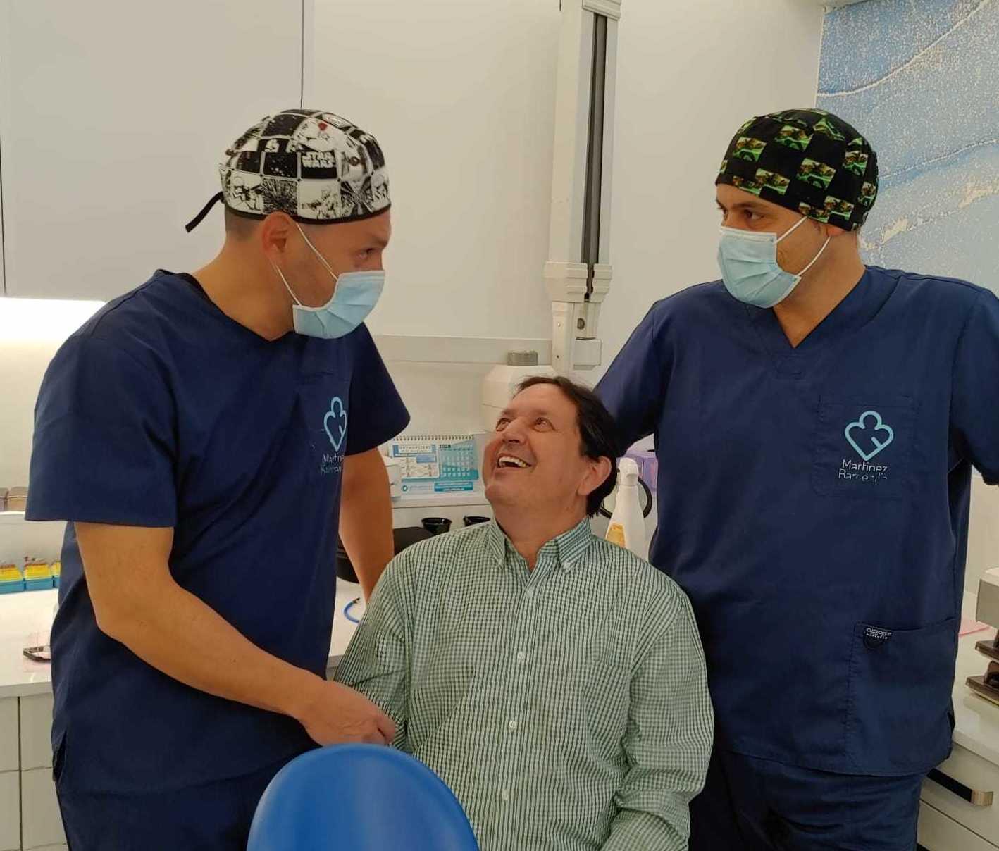 Paciente muy contento por el trabajo realizado en conjunto por Dr. Carlos Martinez Barcenilla y el Dr. Victor Garcia Vives
