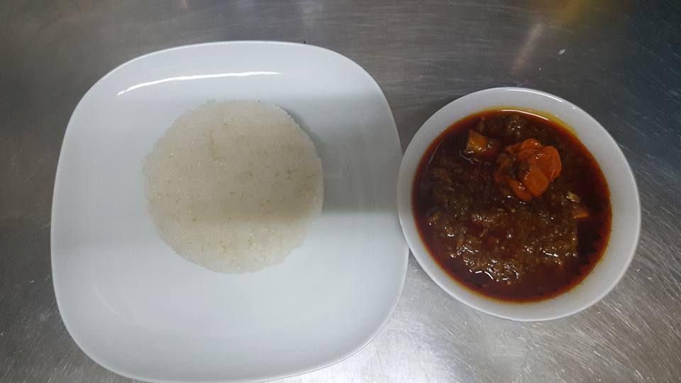 Arroz frito blanco con pescado