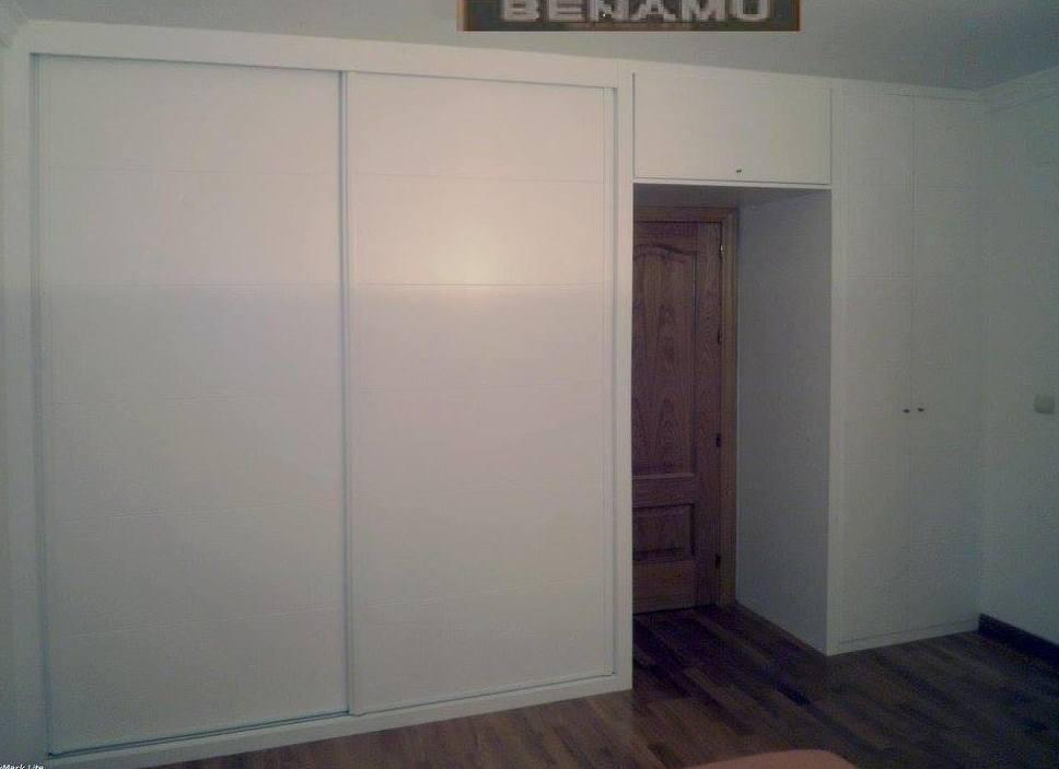 Armario empotrado con puertas lacadas en blanco