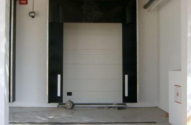 Puerta seccional con abrigo