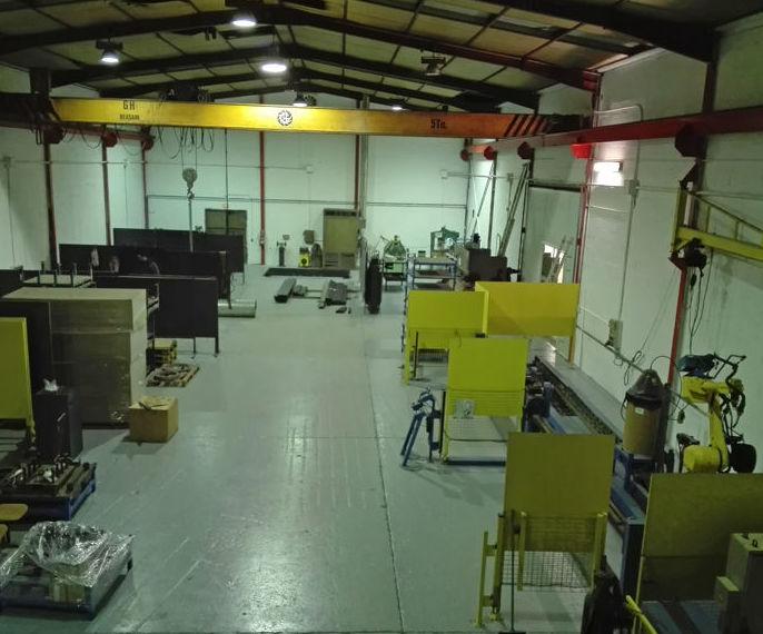 Sierra de cinta semiautomática: Servicios y maquinaria  de Calderería y Obras, S.L.