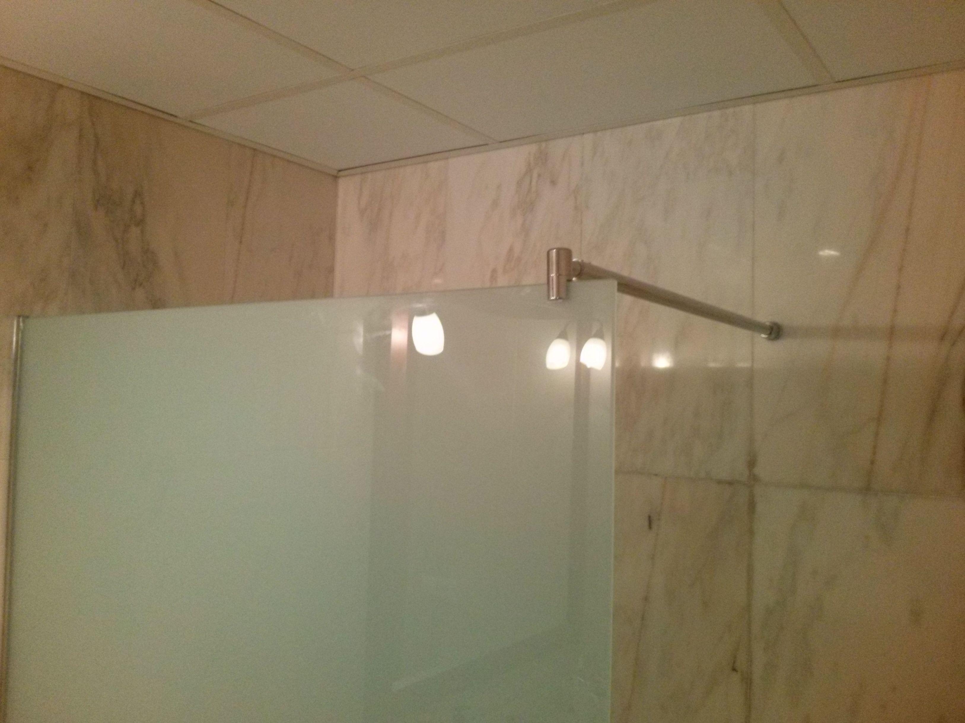 Fijos para ducha en vidrio laminado, siempre a la medida.