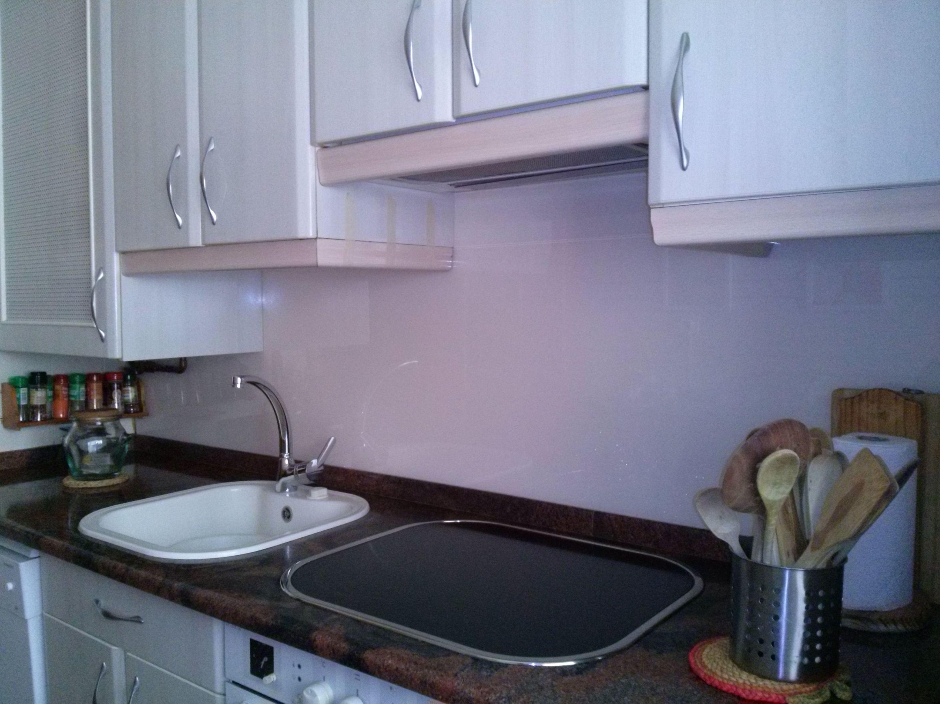 Frente de cocina forrado con vidrio