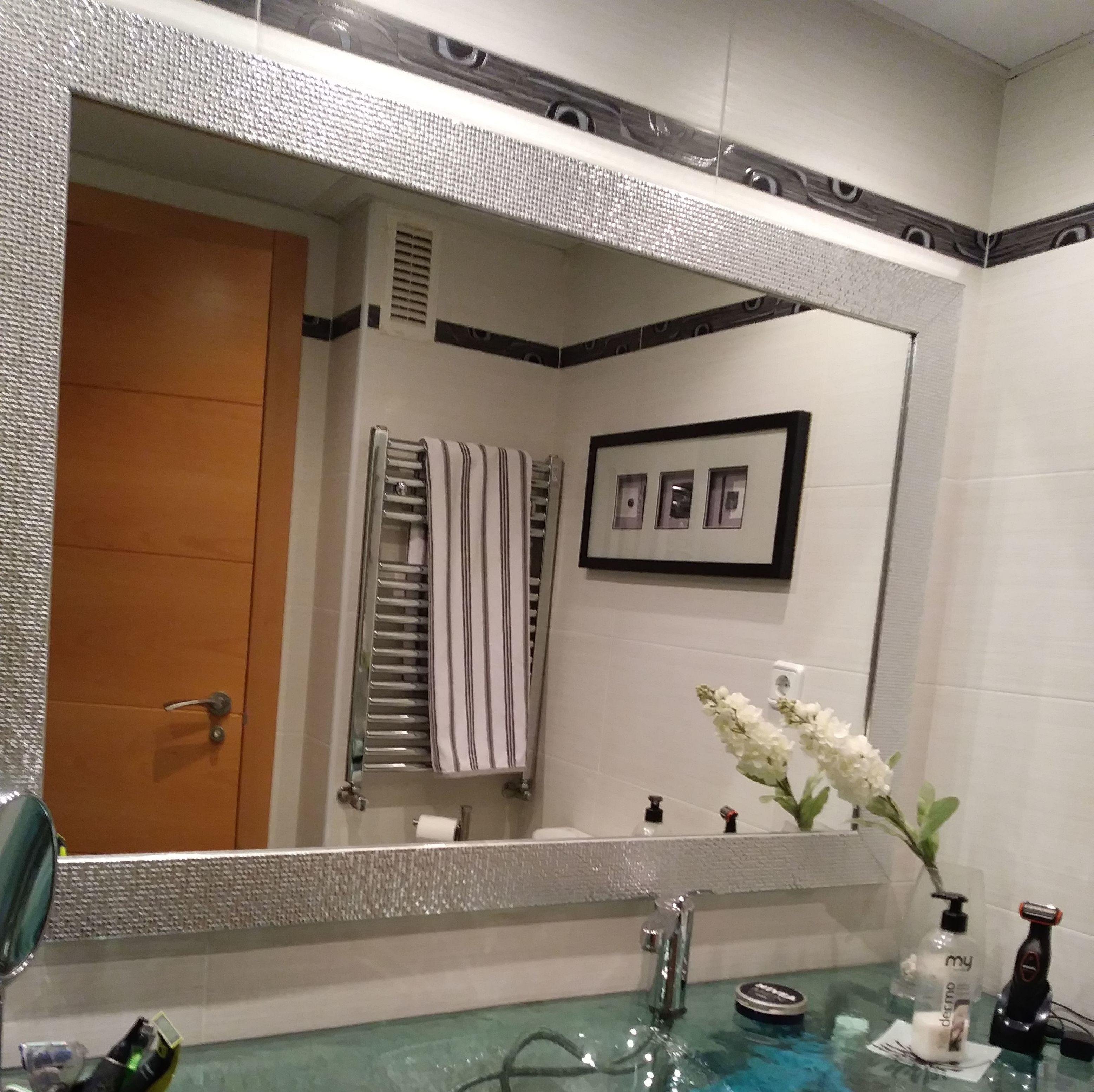 Cambia el aspecto de tu baño, simplemente con un espejo impactante