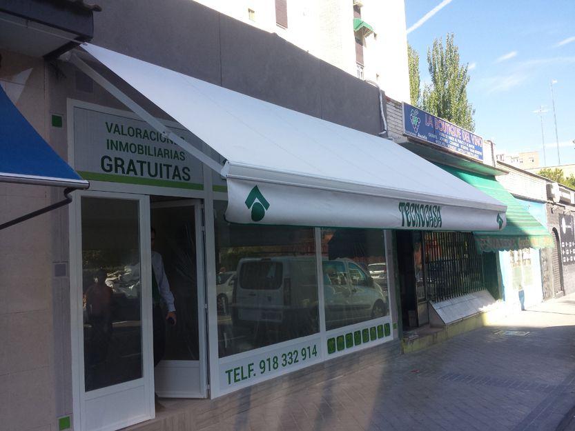 Instalación de toldo con brazos extensibles en Madrid
