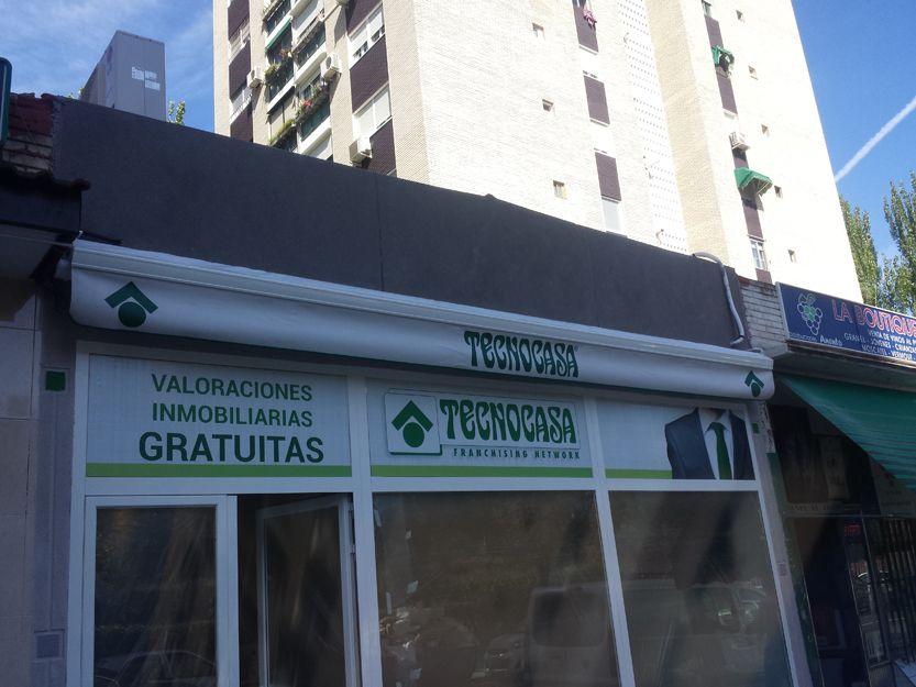 Instalación de toldo extensible rotulado en Madrid