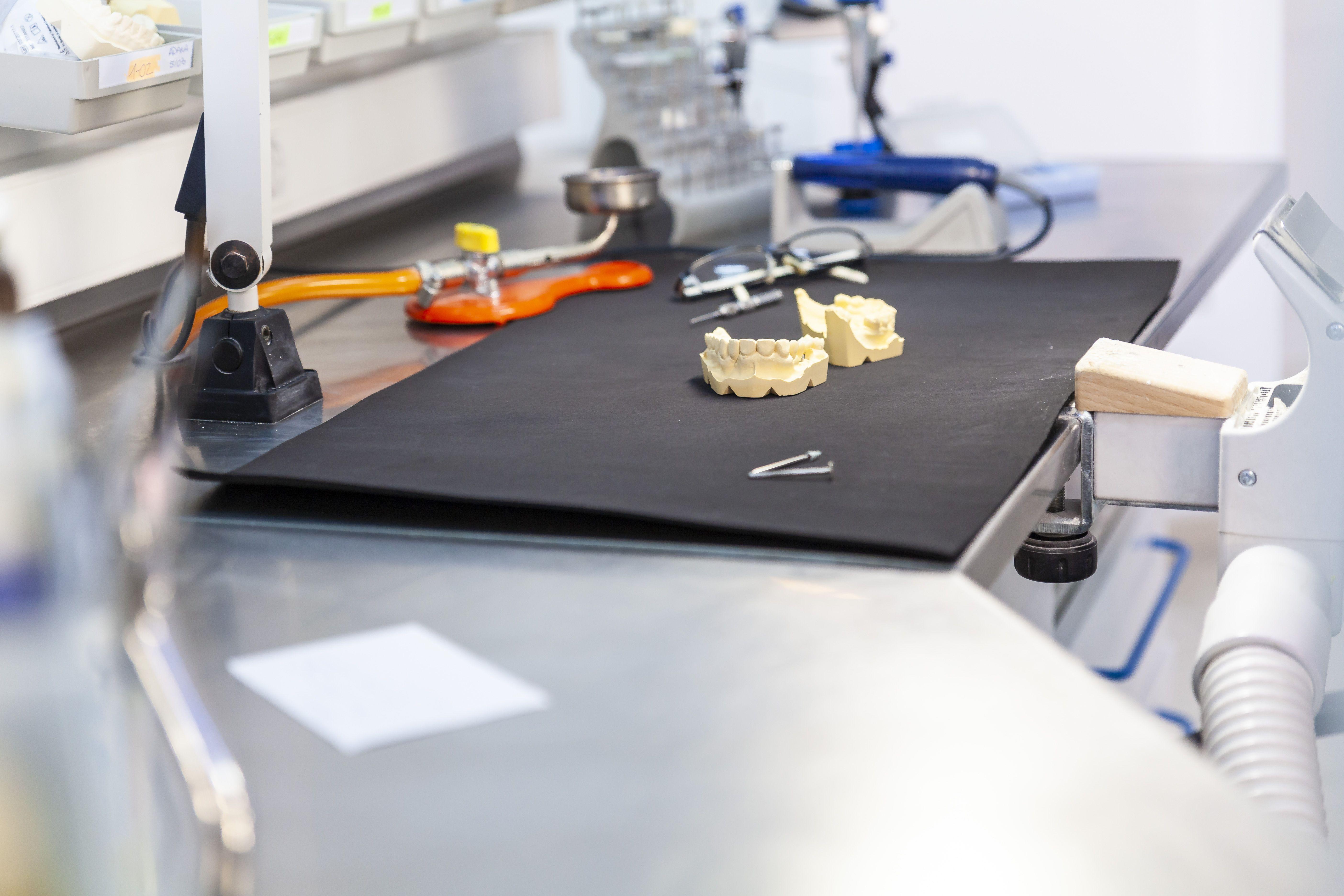 Con la tecnología más avanzada para la elaboración  de prótesis fijas