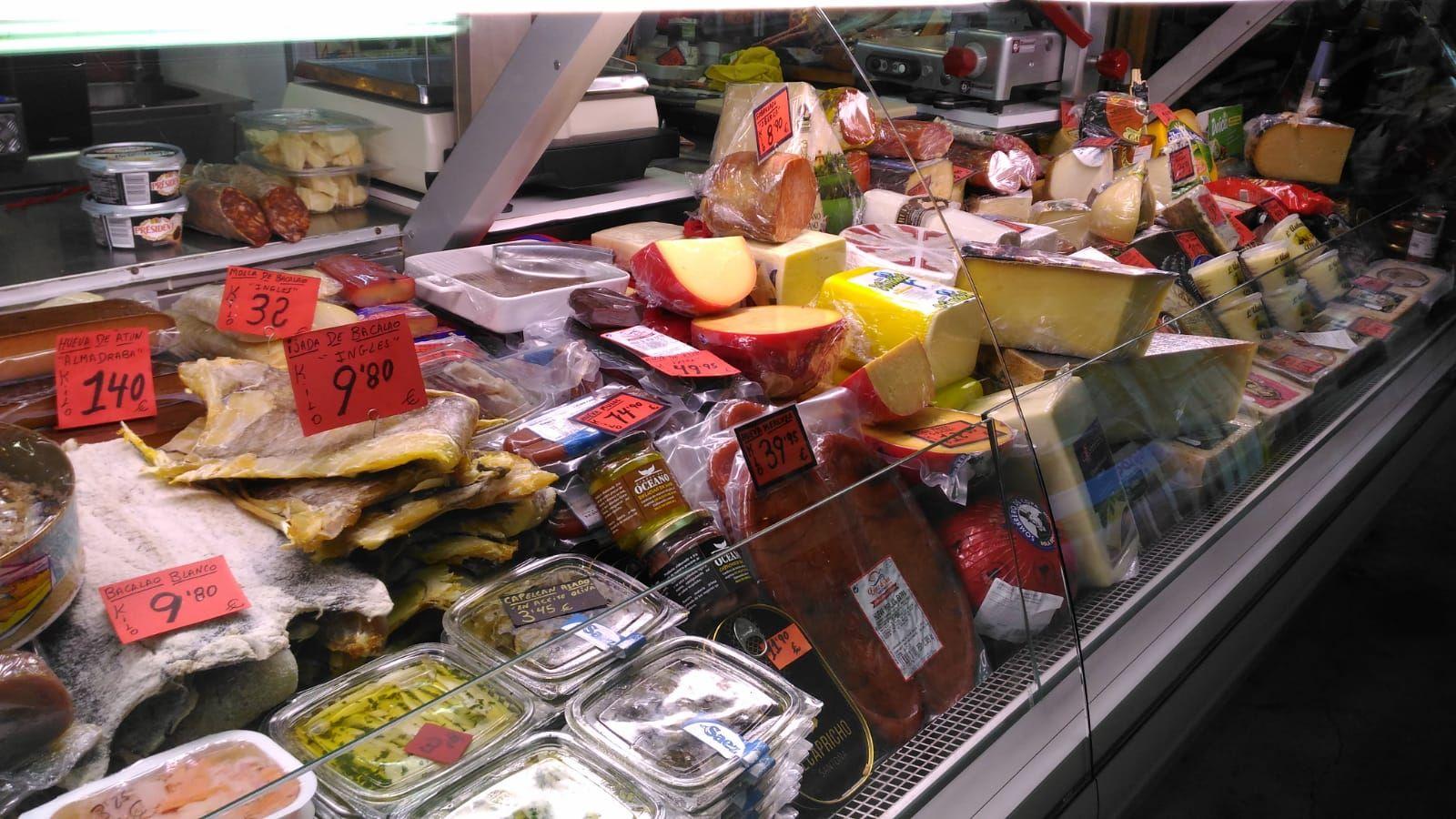 Venta de jamones y quesos en el Mercado Central de Elche