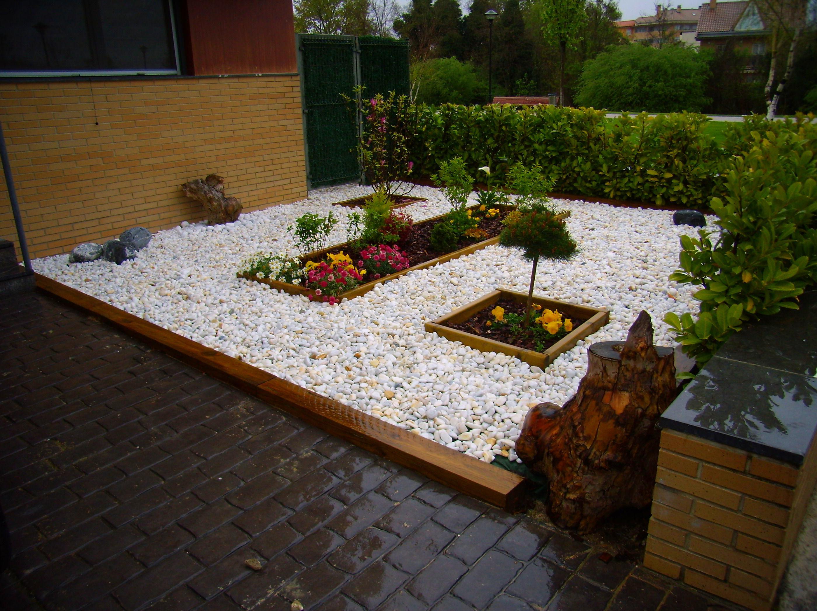 Diseño de jardín. Traviesa madera. Borduras. Bolo marmol. Arbustos.