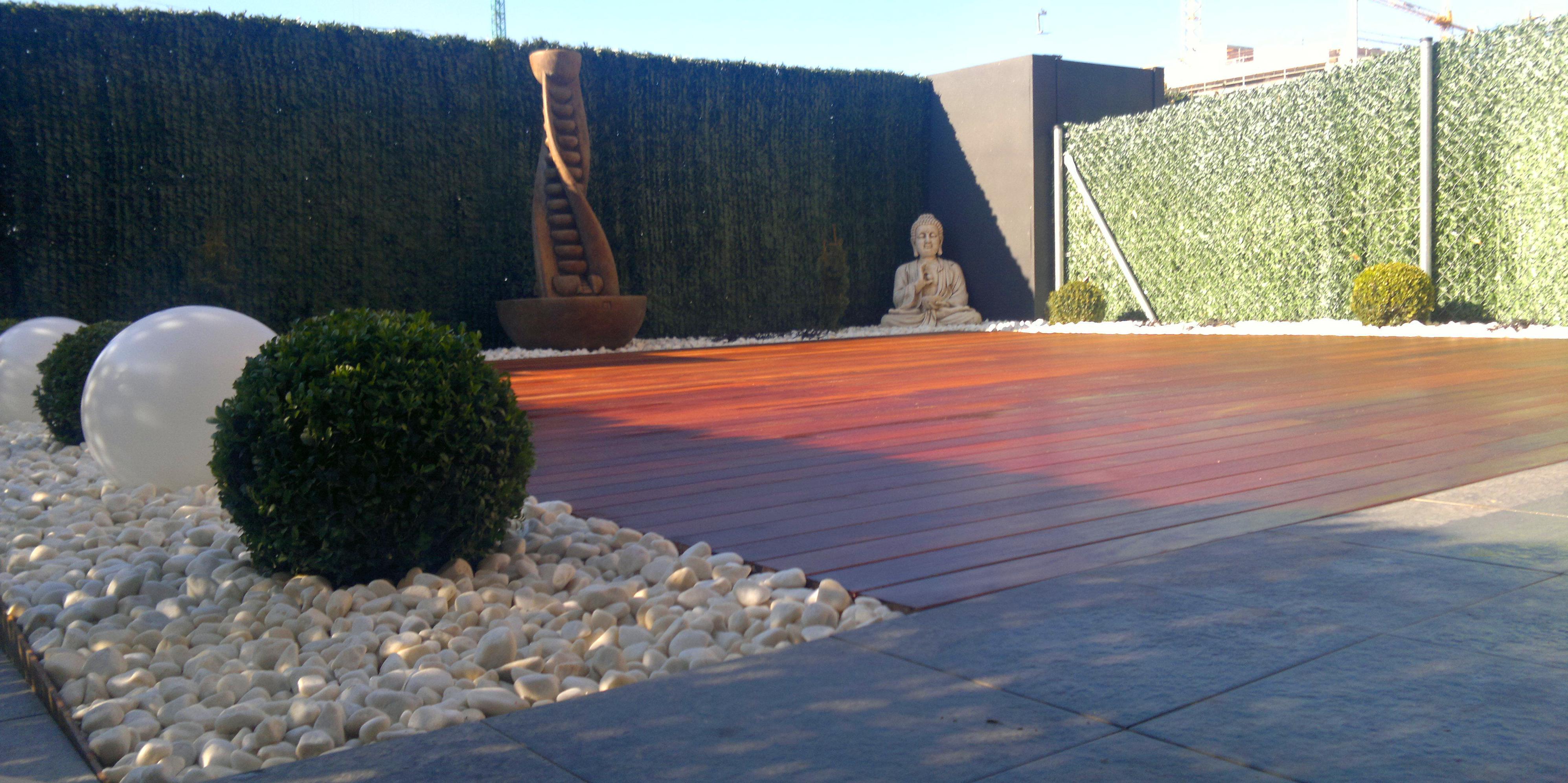 Tarima de madera de ipe, iluminación, fuente, plantaciones, decoración y áridos.