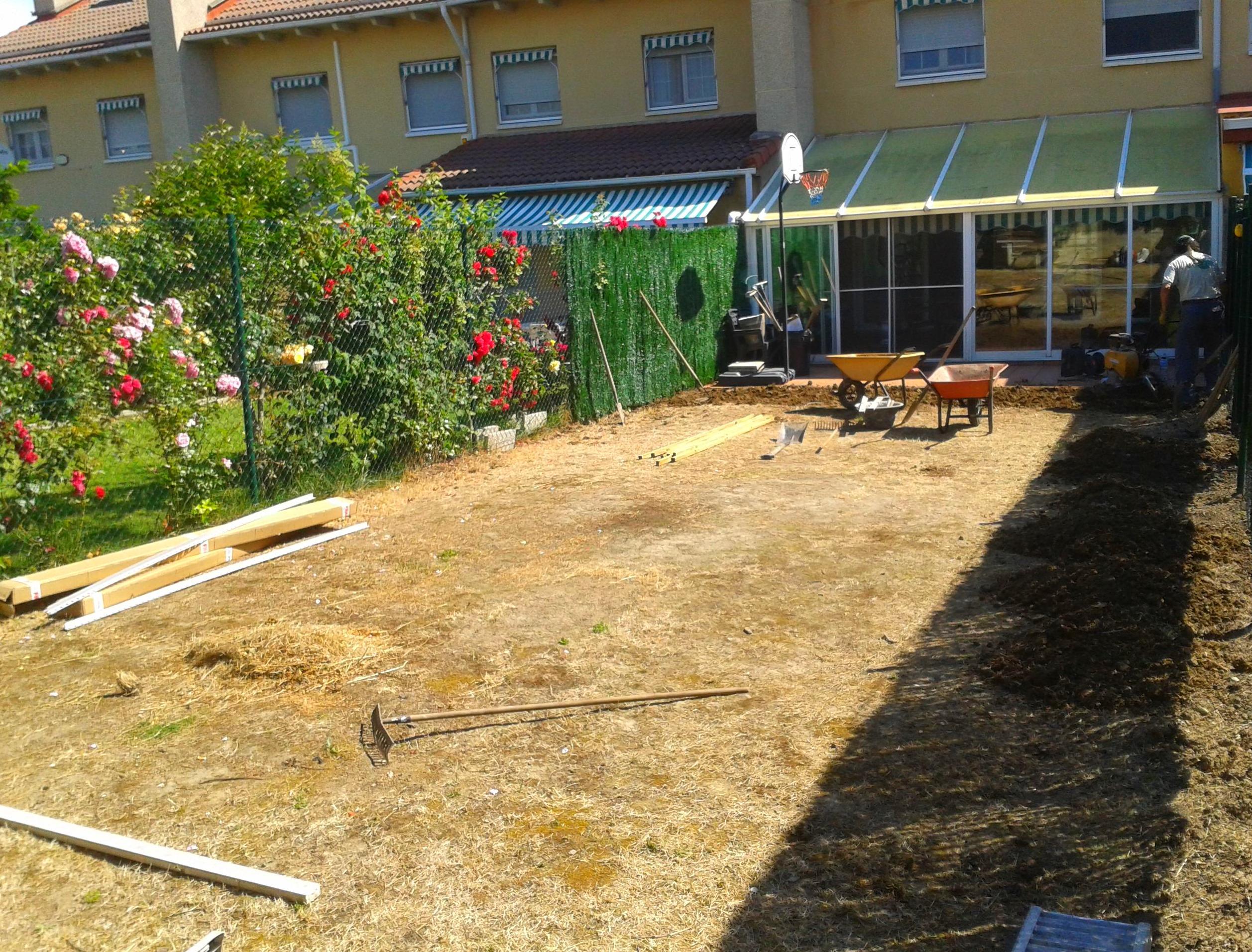 Preparación de jardín para tepes, áridos y madera.